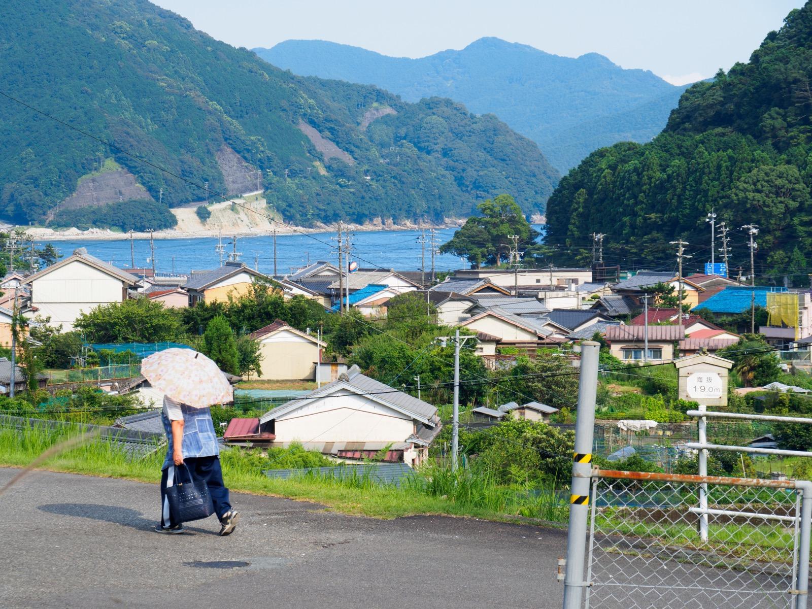 三木里駅から見る賀田湾