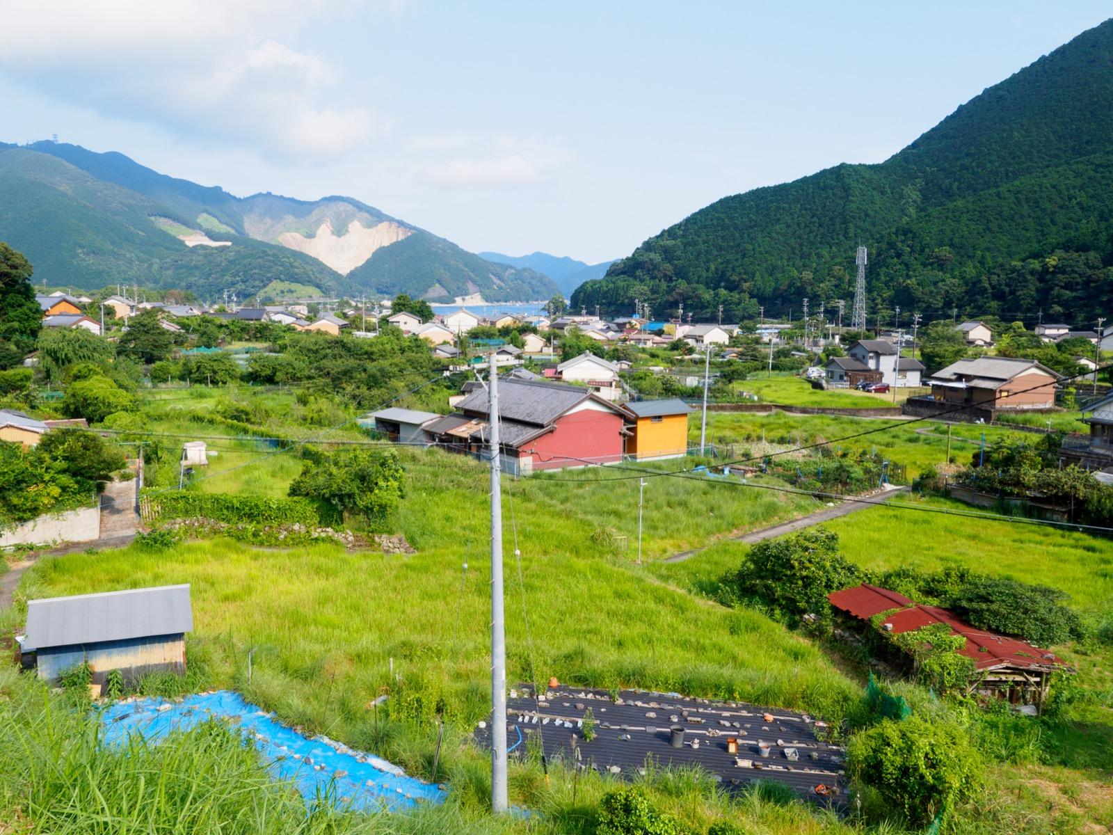 三木里駅前から見た集落と賀田湾