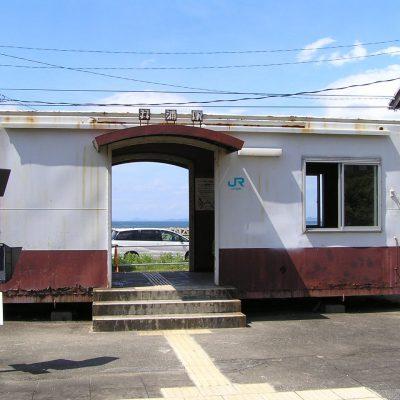 貨車を改造した待合室。