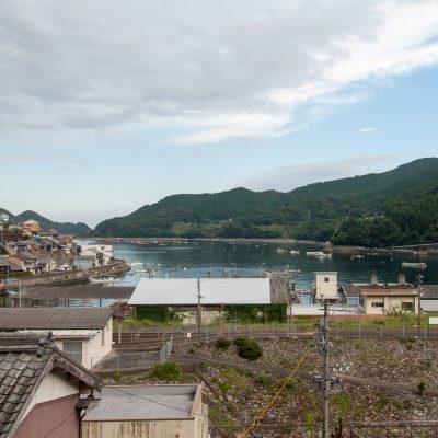 ホームと平行に、山側からも駅と海を見下ろせます。駅が景色に溶け込んでいます。