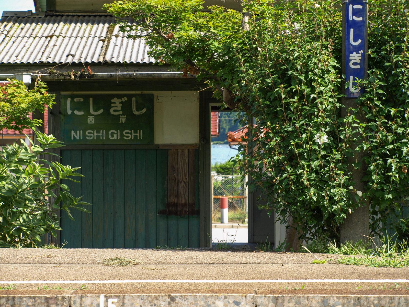 駅舎のドア越しにも七尾湾がちらり。