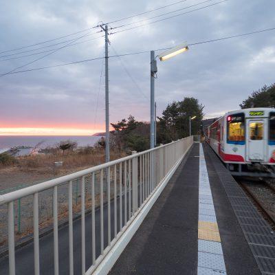 海側のホームはまるで展望台。元旦に運行される臨時列車の「初日の出号」もこの駅で初日の出を拝むダイヤになっています。