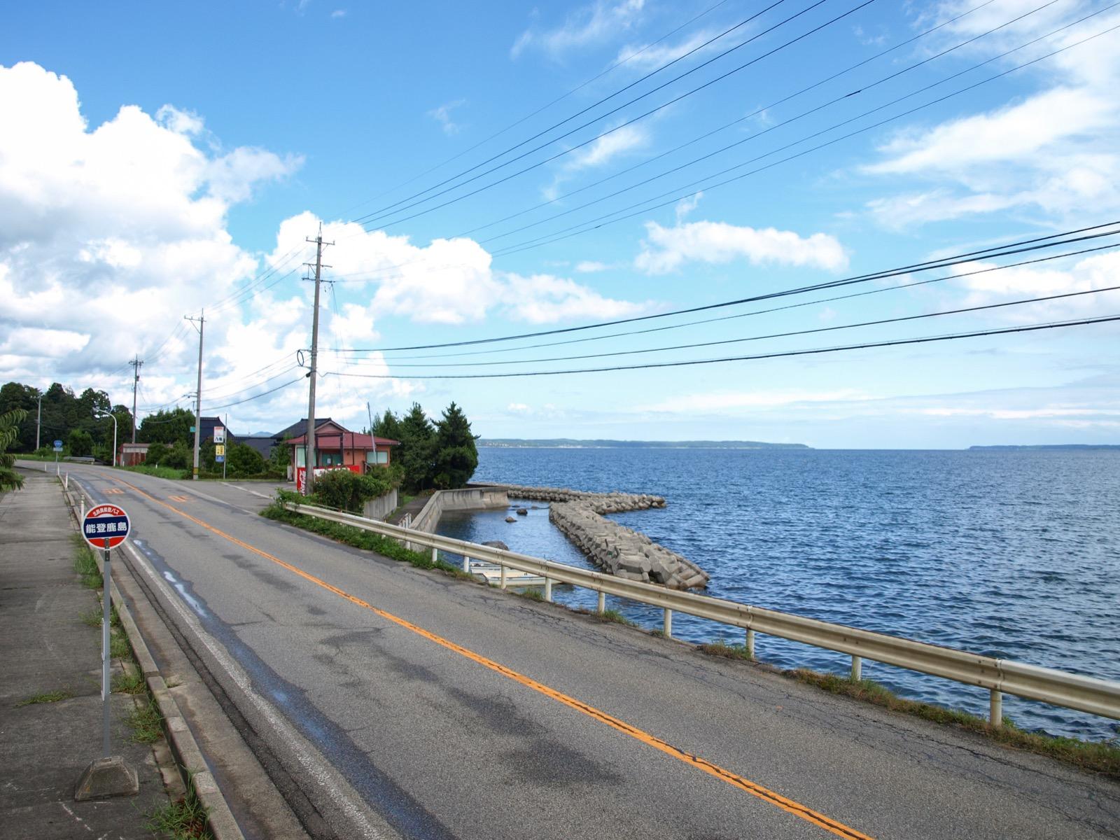 能登鹿島駅(能登さくら駅)前を通る国道249号線と、七尾湾の海岸線