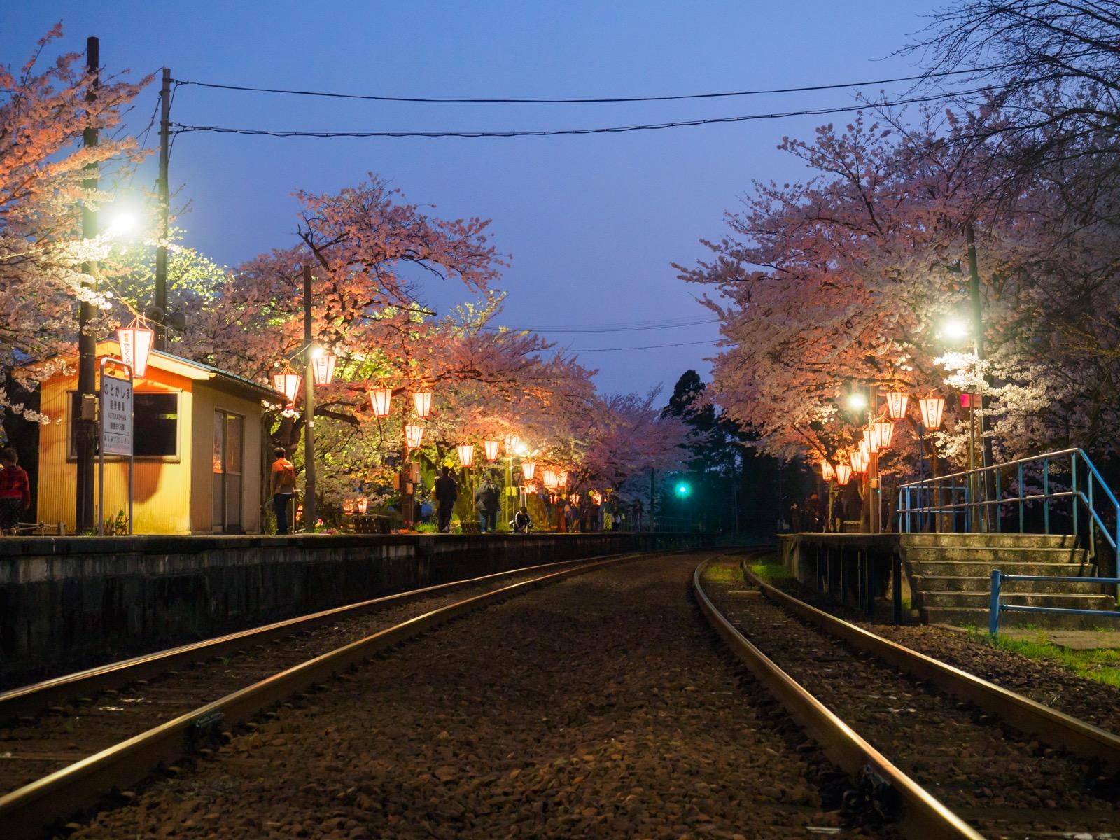 ぼんぼりが灯る、夜の能登鹿島駅(能登さくら駅)のホーム