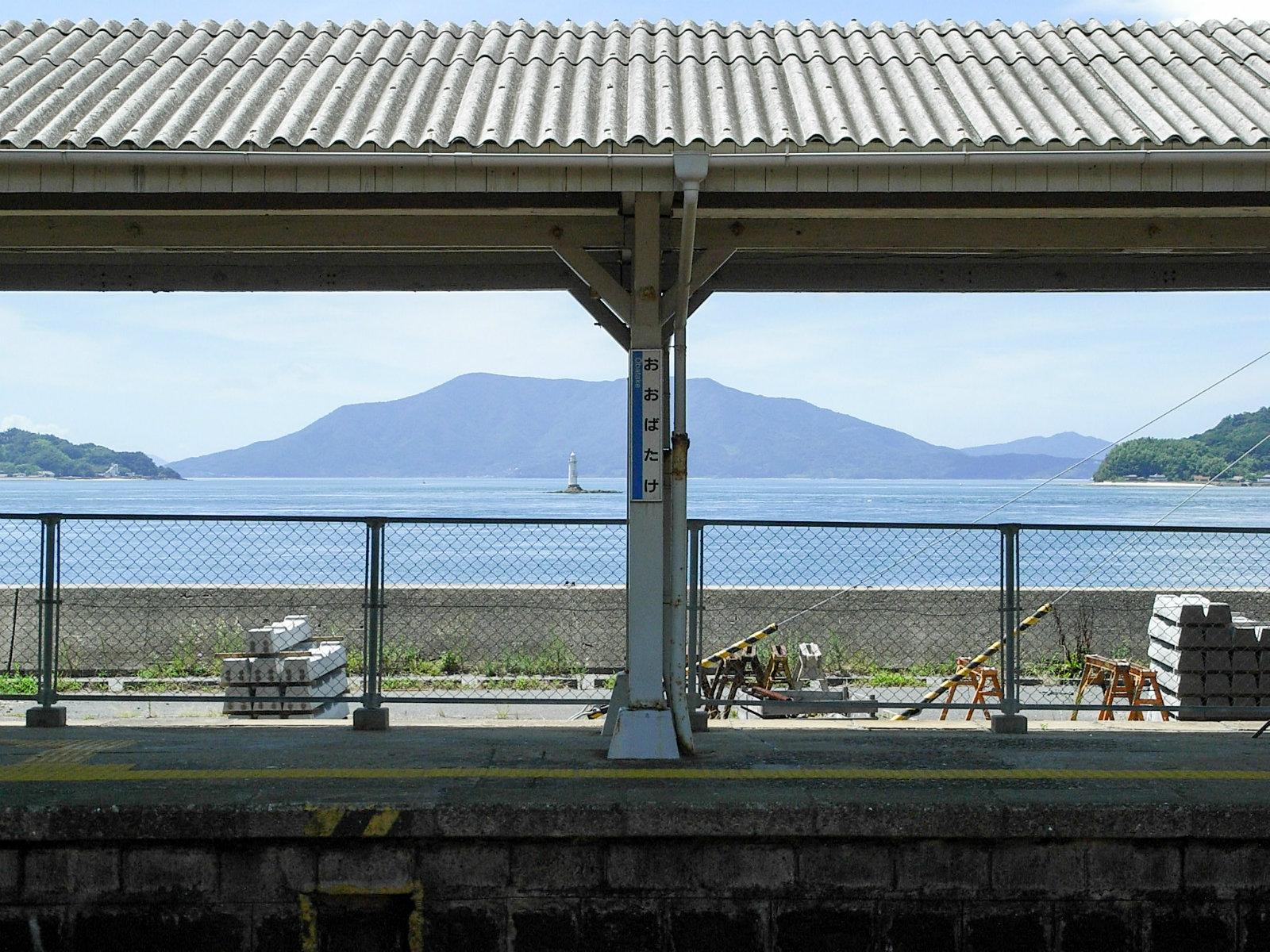 屋根があっても十分絵になる眺め。灯台が素敵な場所にあります。(2007年8月)