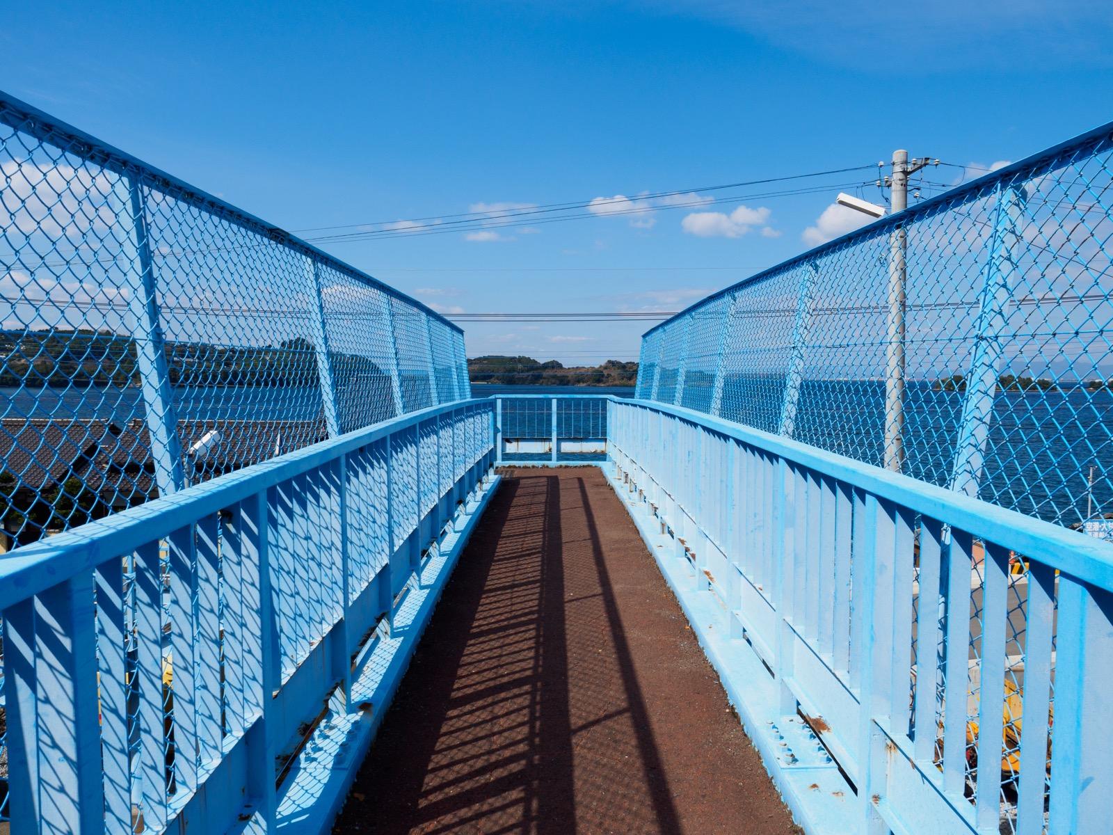 大草駅の跨線橋から見る大村湾の鹿島
