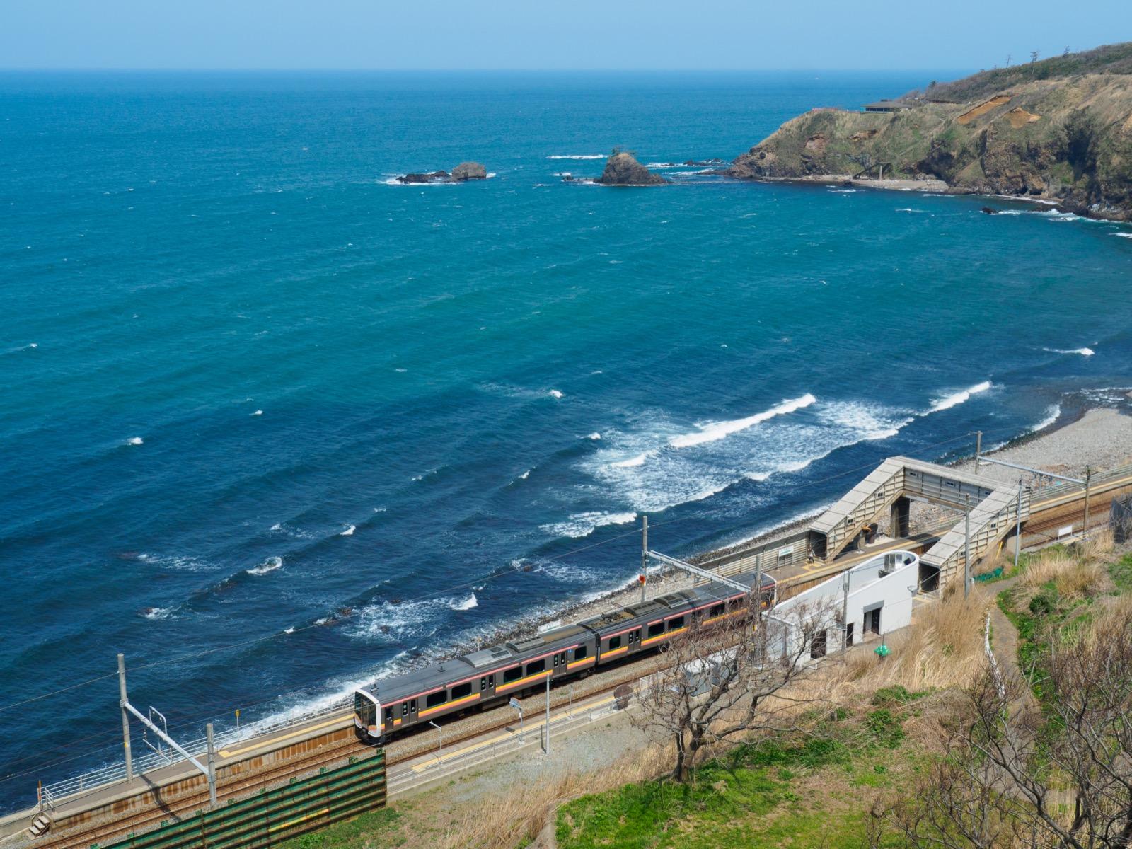 米山大橋の袂から見た青海川駅と日本海