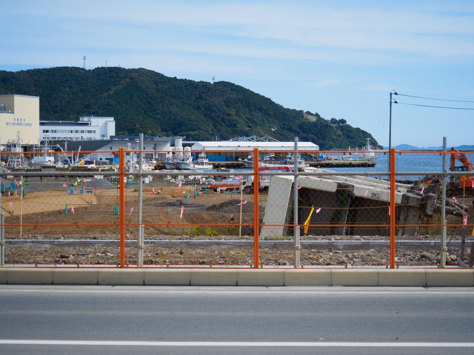 女川駅前の国道398号線と女川港(2017年10月)