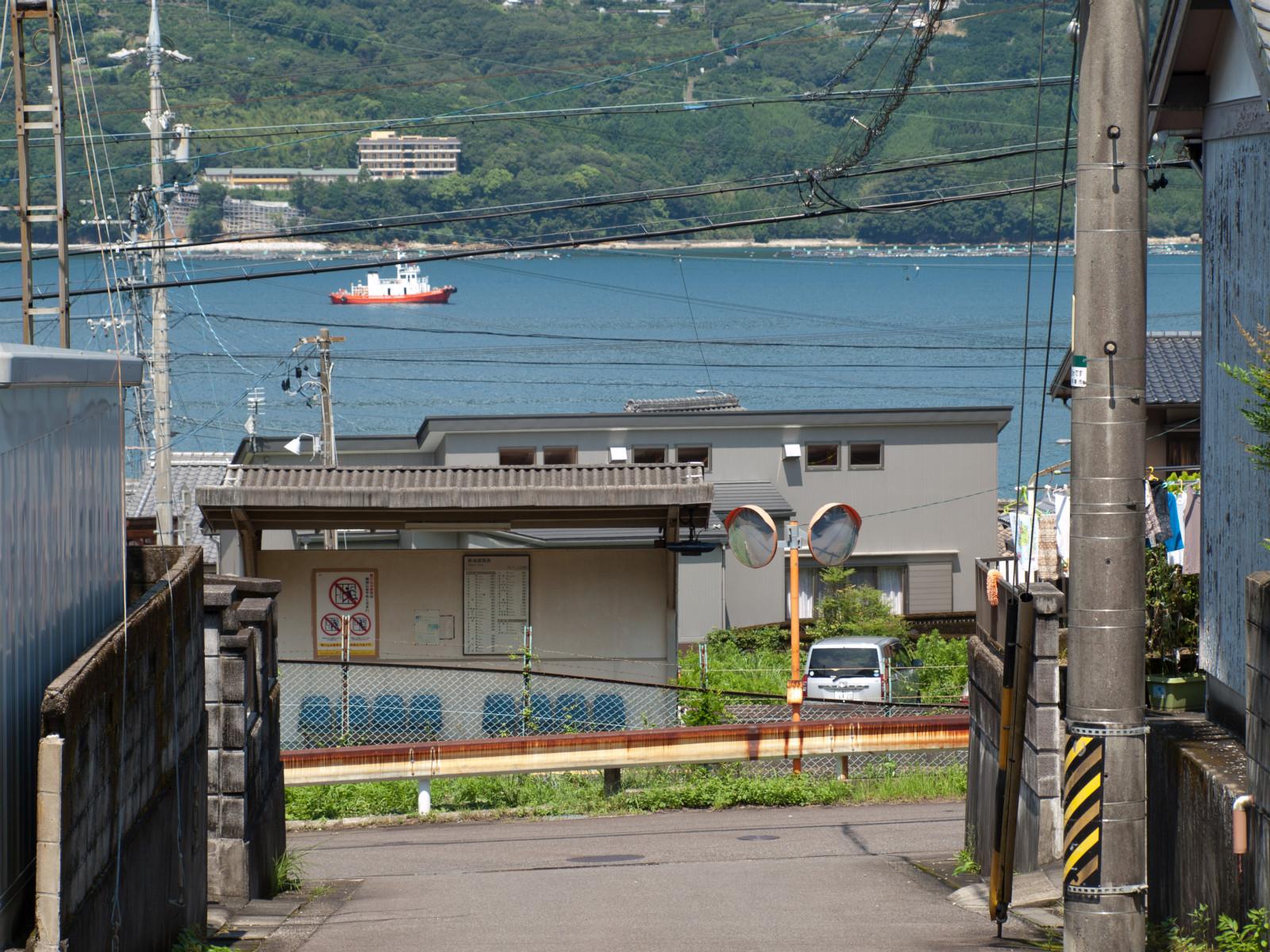 駅の裏は山になっていて、坂道が続きます。「青春18きっぷ」のポスター写真もこの方角から撮られているみたいです。
