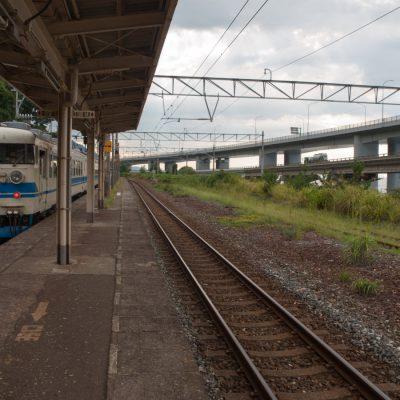 富山行きの列車が静かに去って行きました。次の列車は1時間後です。