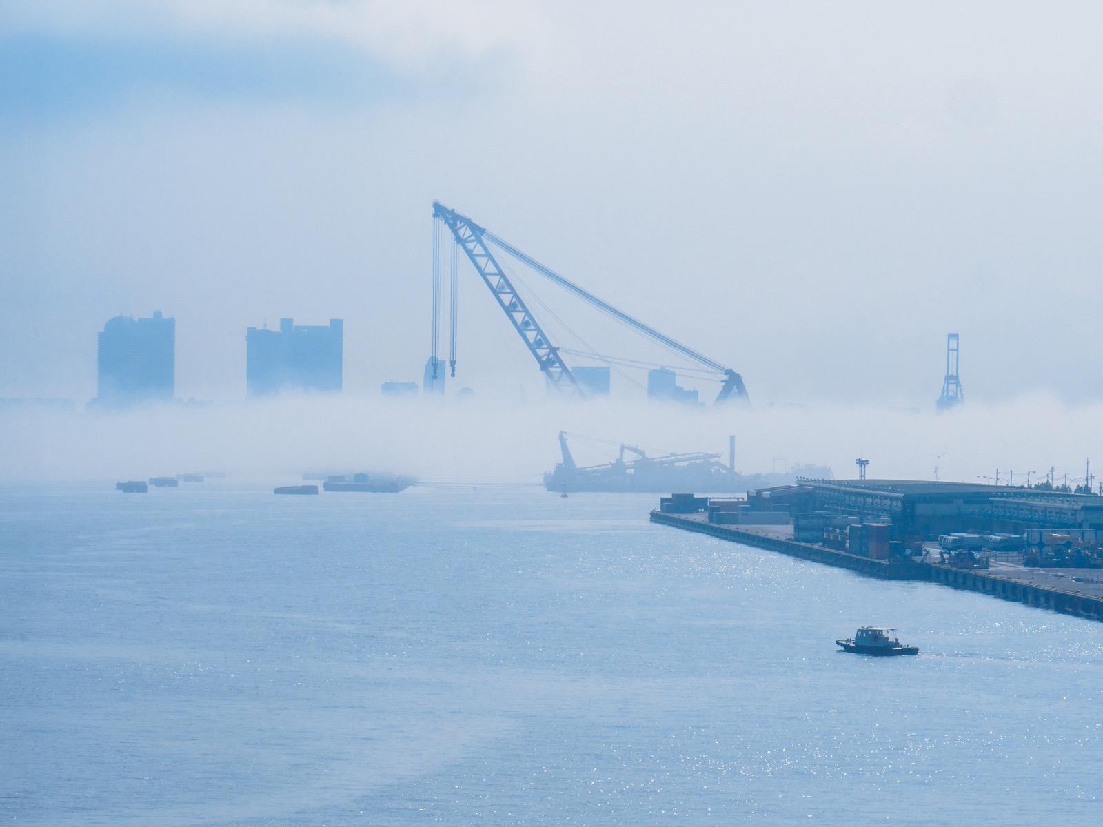 ポートターミナル駅から見る神戸港の朝もや