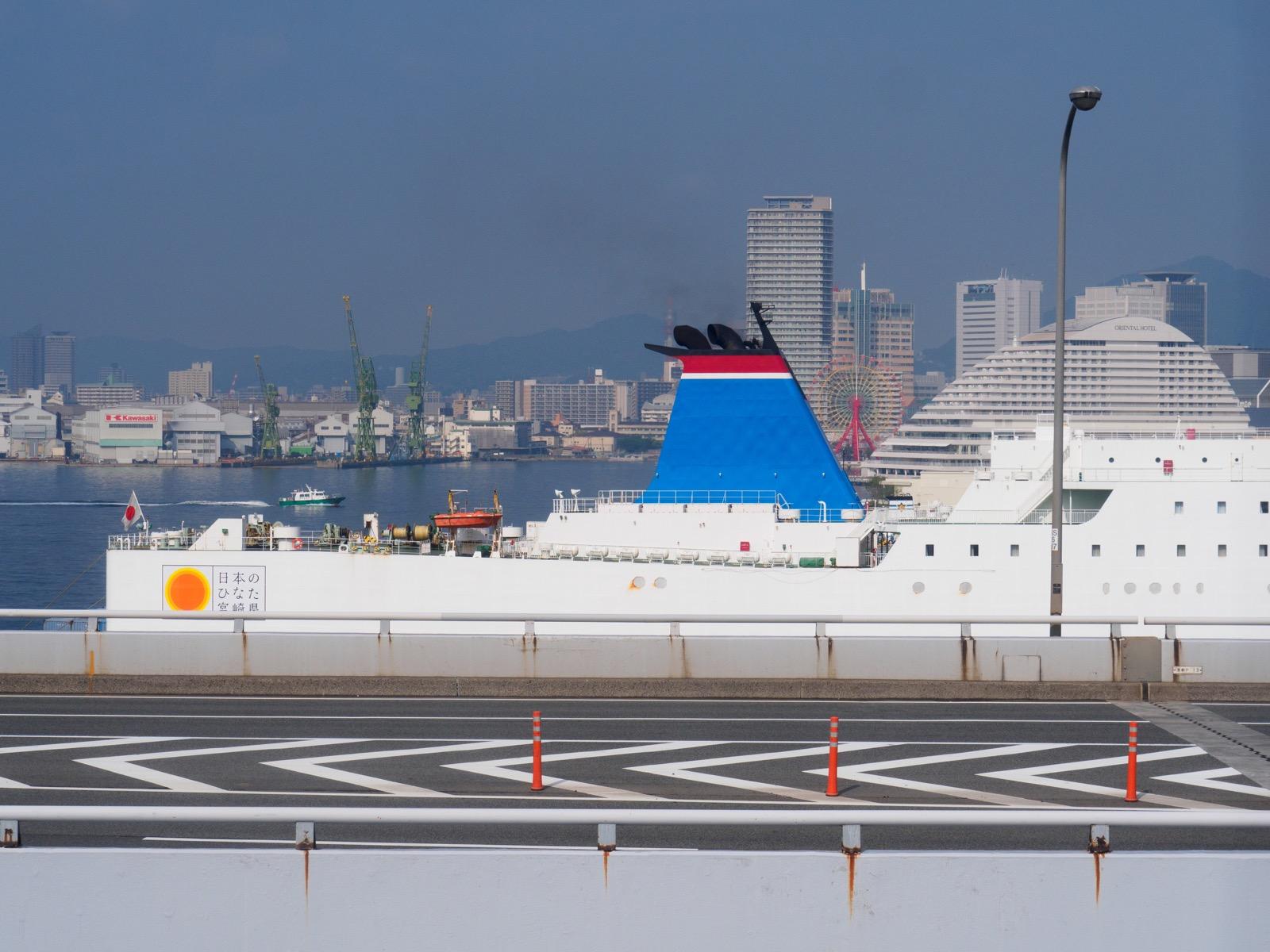 ポートターミナル駅から見える宮崎カーフェリー