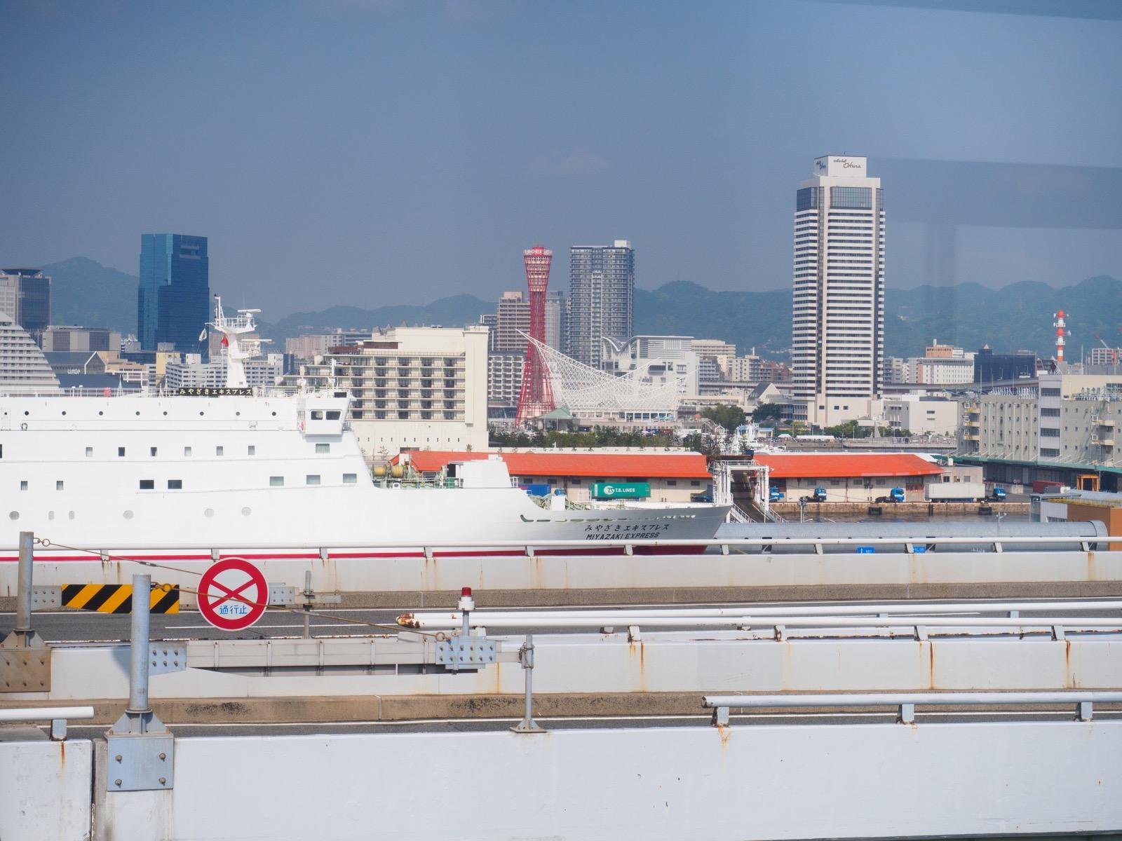 ポートターミナル駅から見える神戸の街並み
