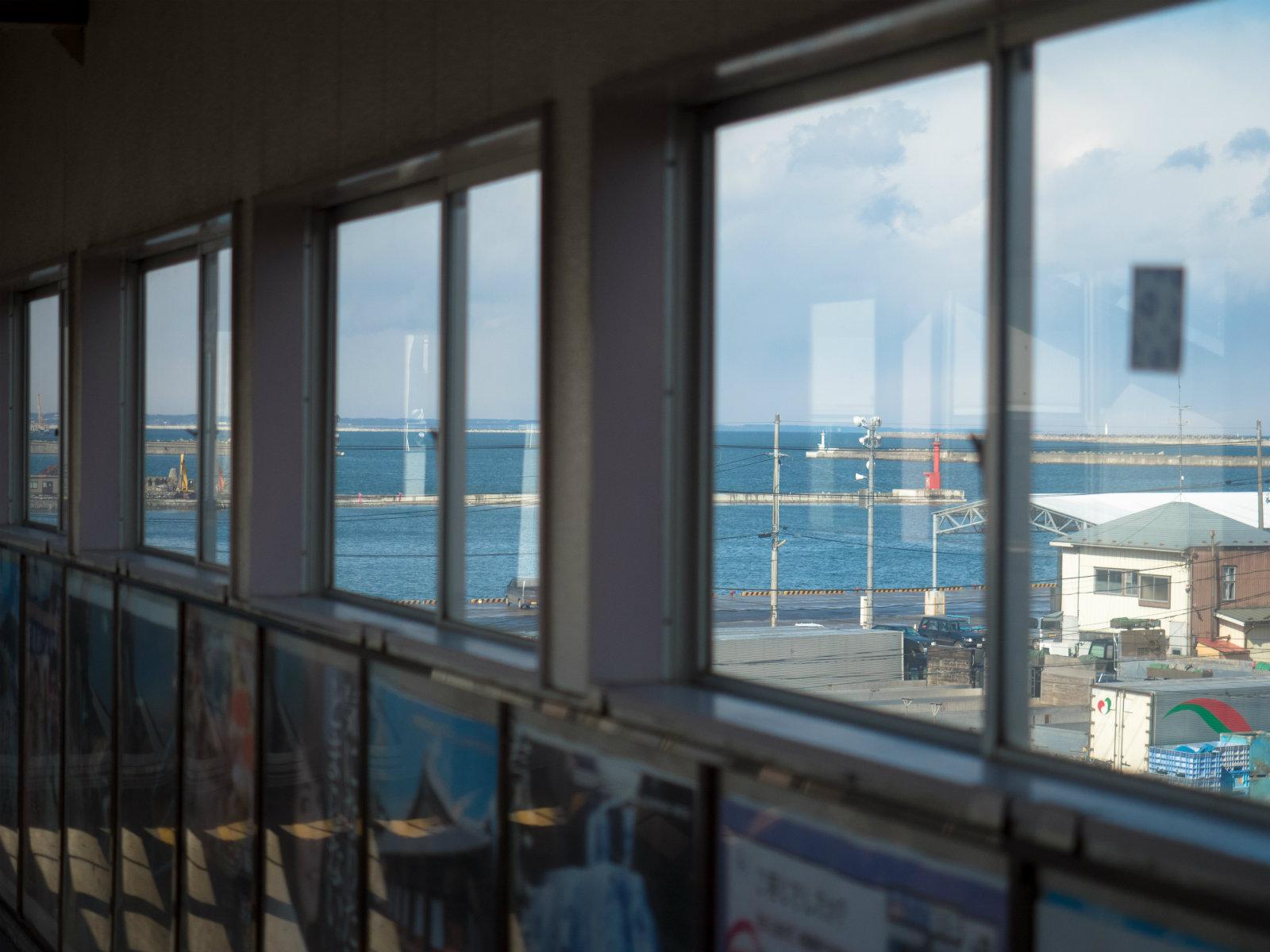 鮫駅の跨線橋から見た八戸港
