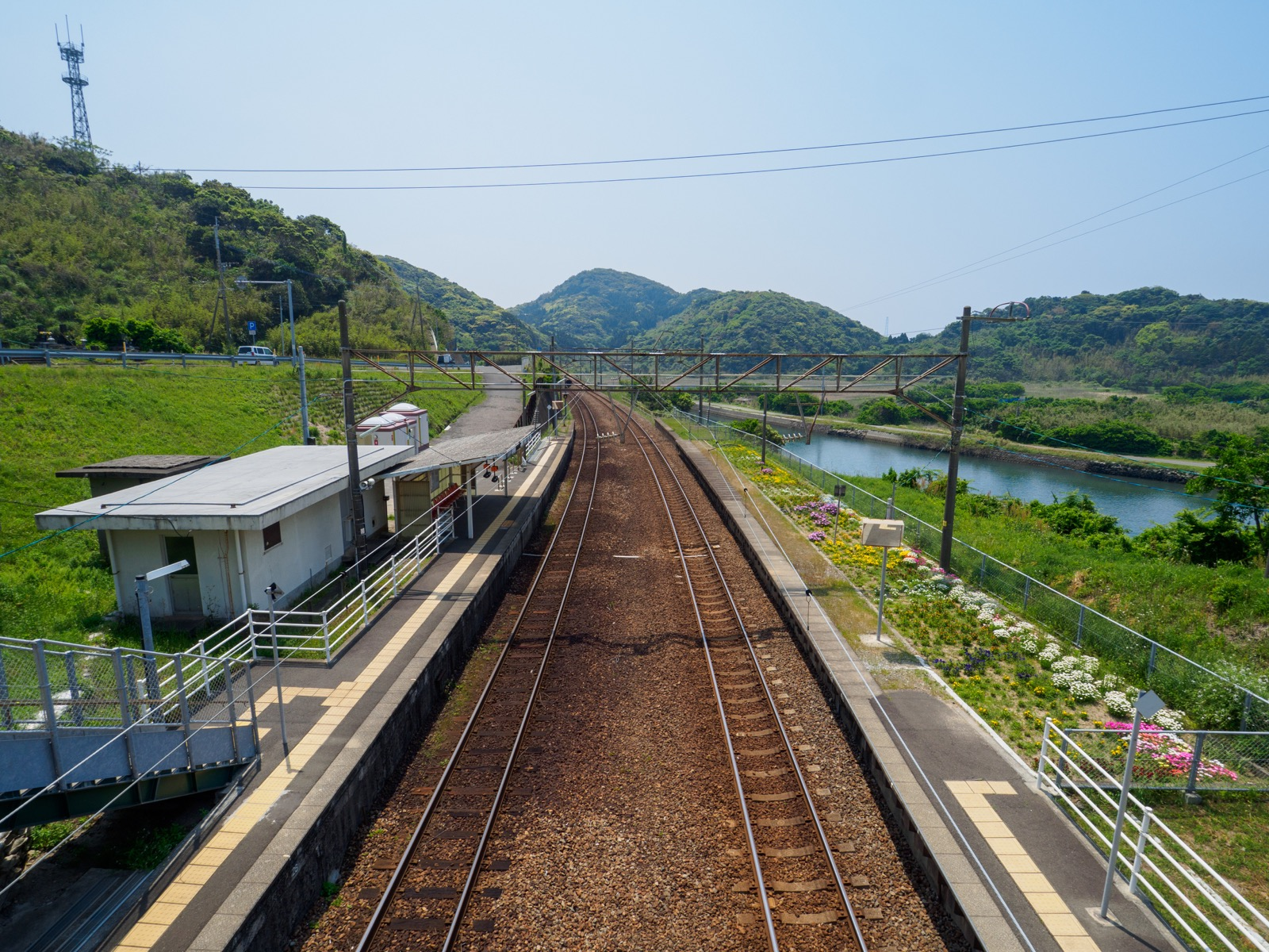 薩摩高城駅の跨線橋から見たホームと国道3号線