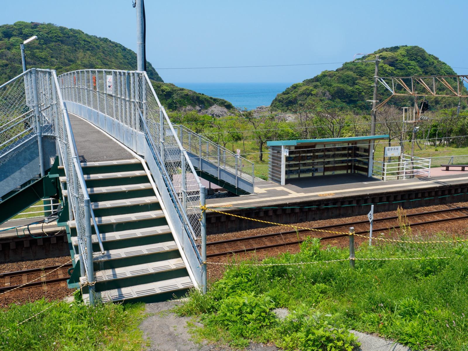 薩摩高城駅の入口と東シナ海