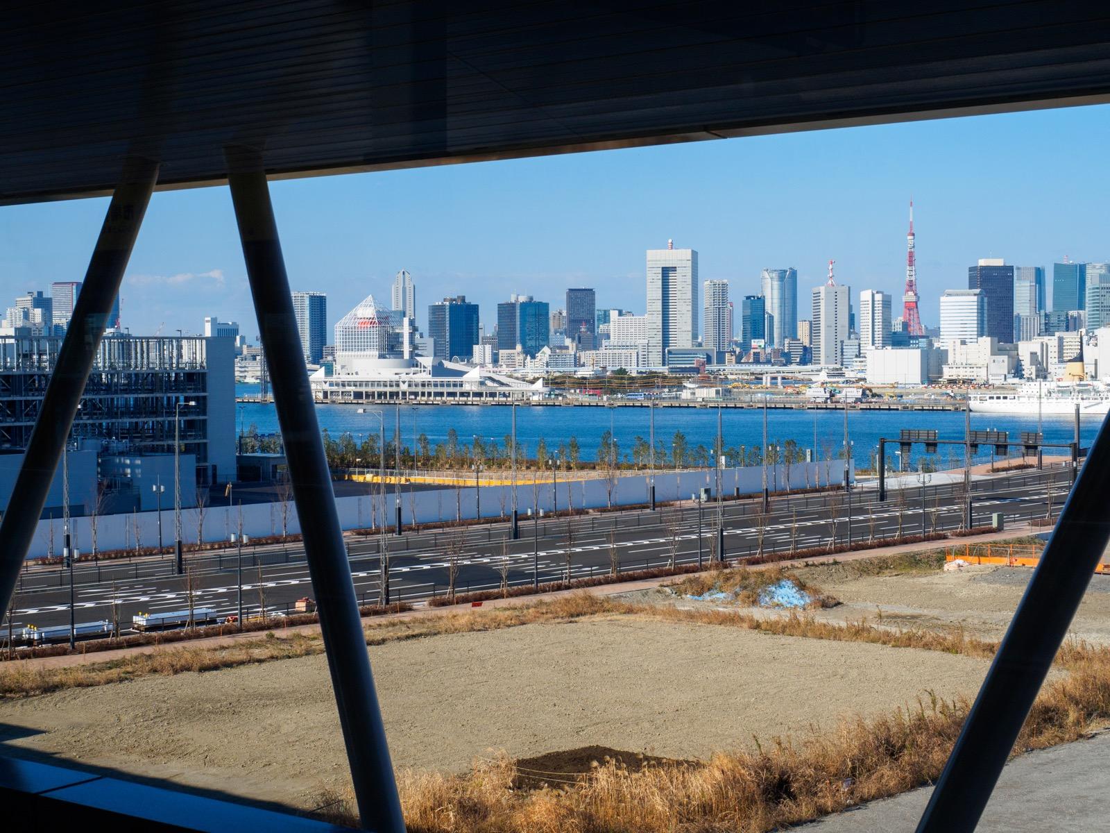 市場前駅のホームから見る晴海運河と環状2号線