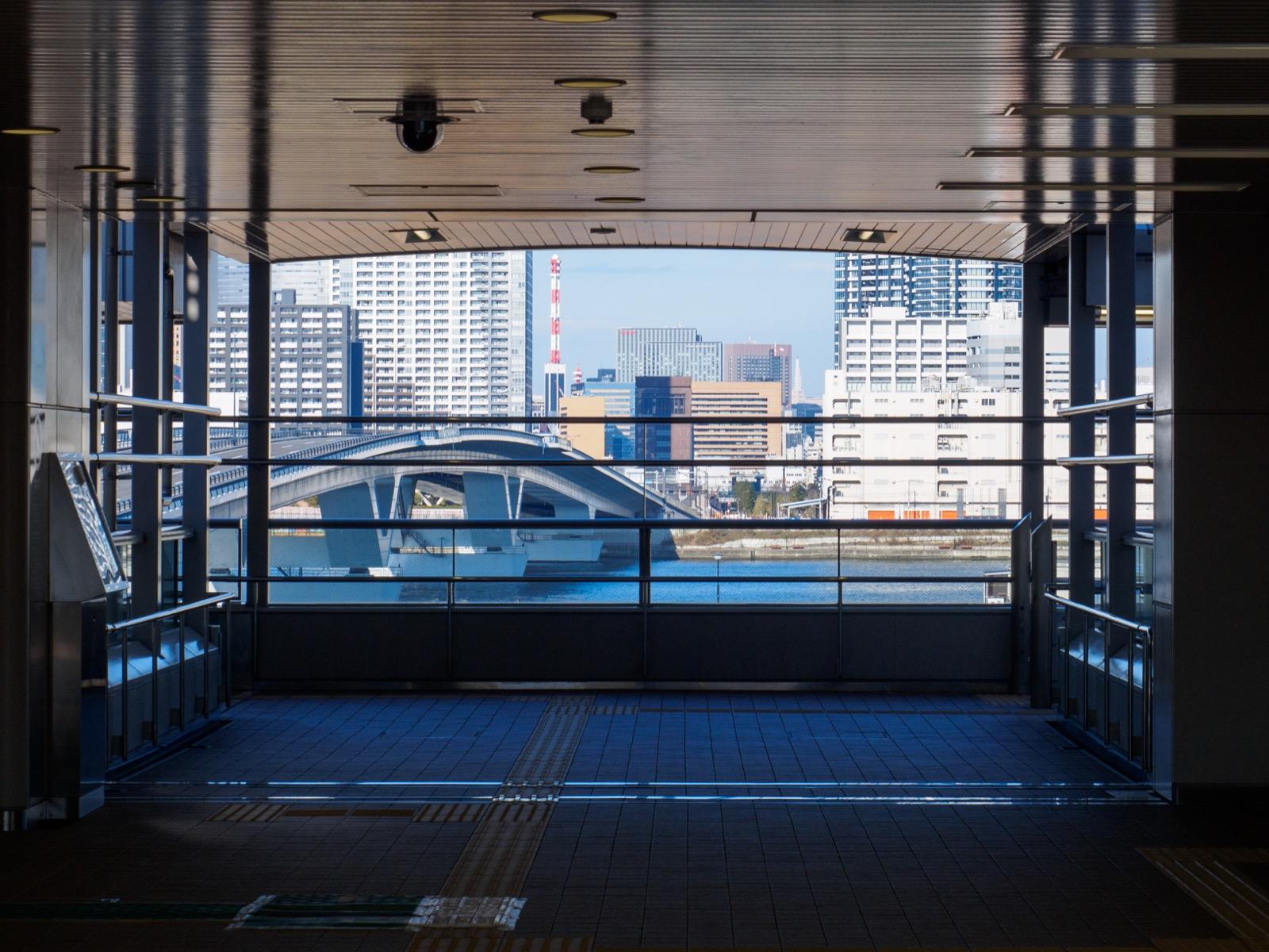 市場前駅のコンコースから見る晴海運河