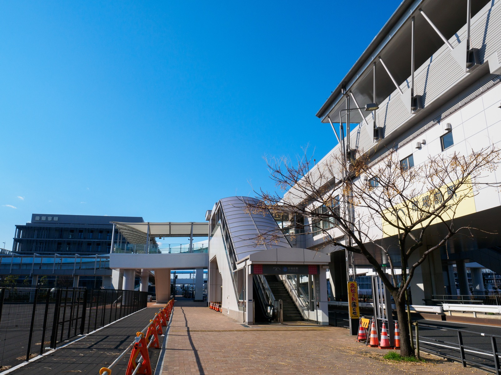 市場前駅と、豊洲市場に直結するペデストリアンデッキ
