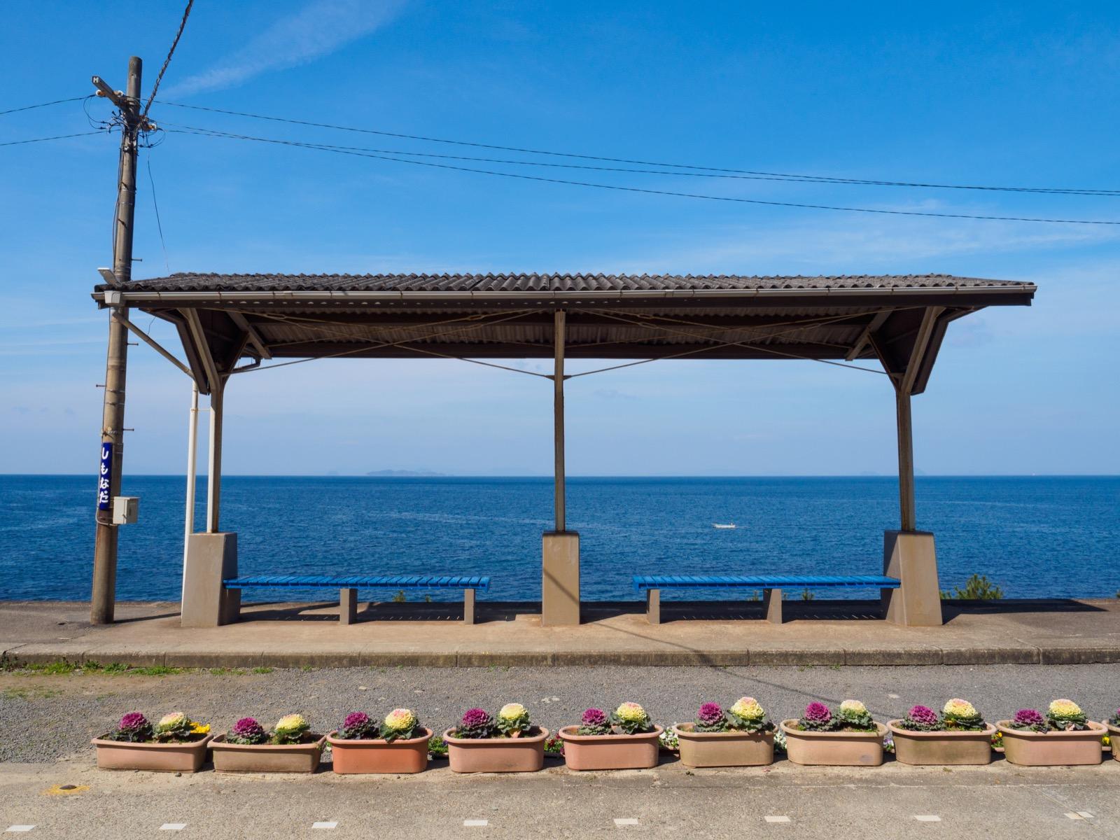 下灘駅のホームと伊予灘