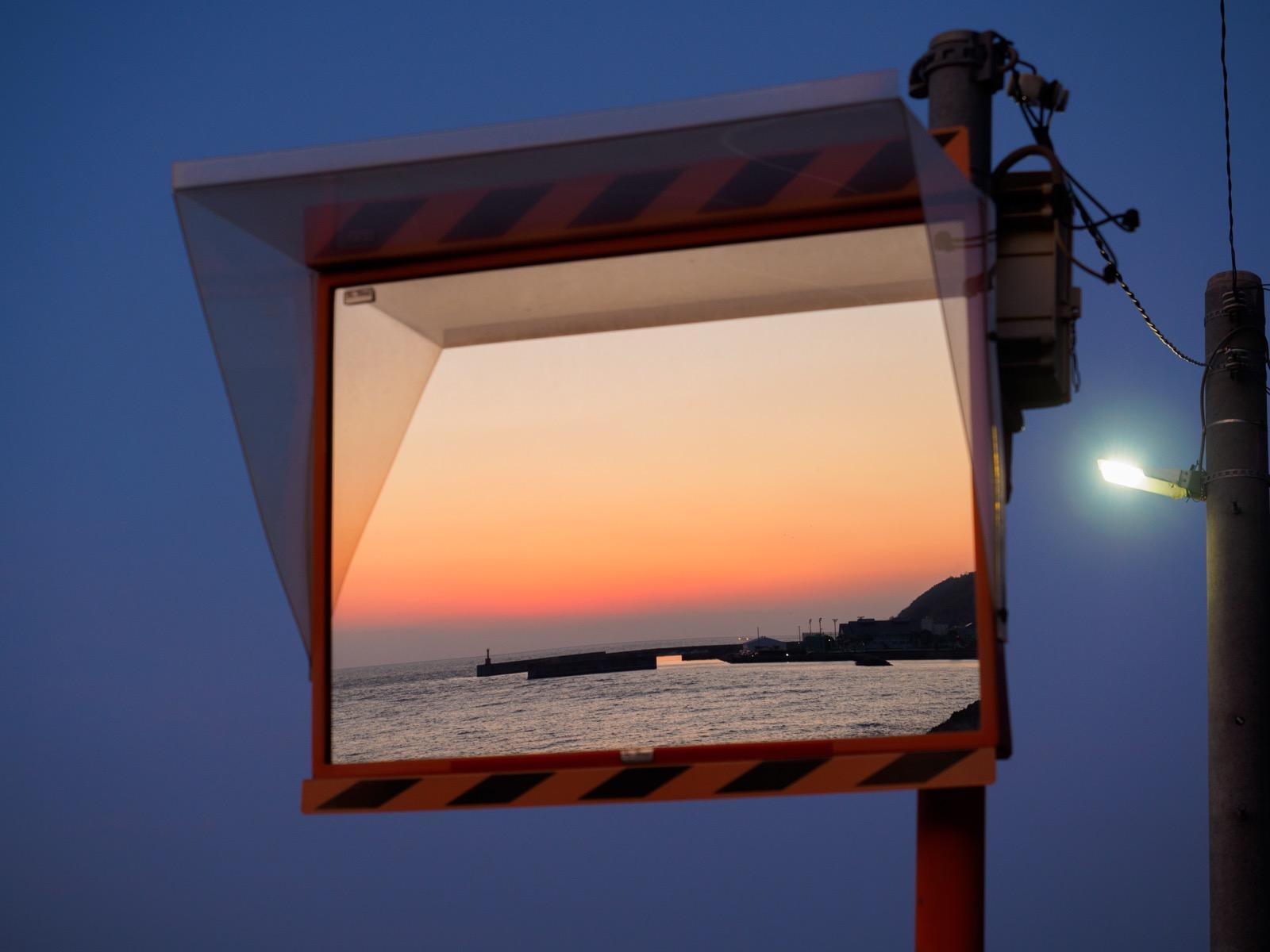 夕焼けを映した下灘駅のミラー