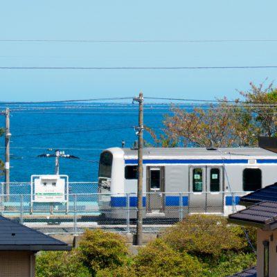 国道6号線から見た末続駅。この日は夏のように暑く、陽炎に揺れています。列車の青い帯が太平洋に馴染んで爽やか。(2017年4月)