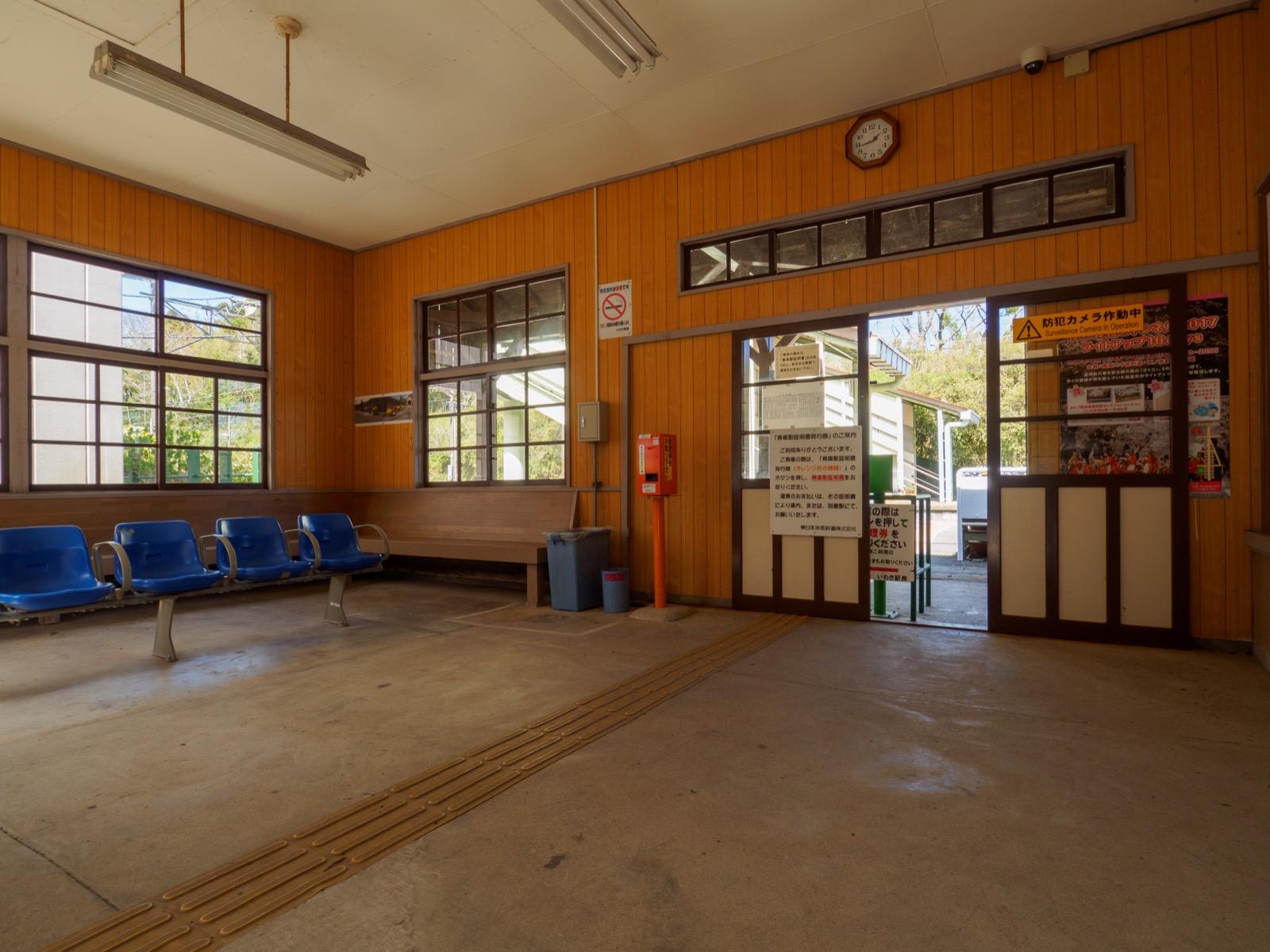 末続駅の駅舎内