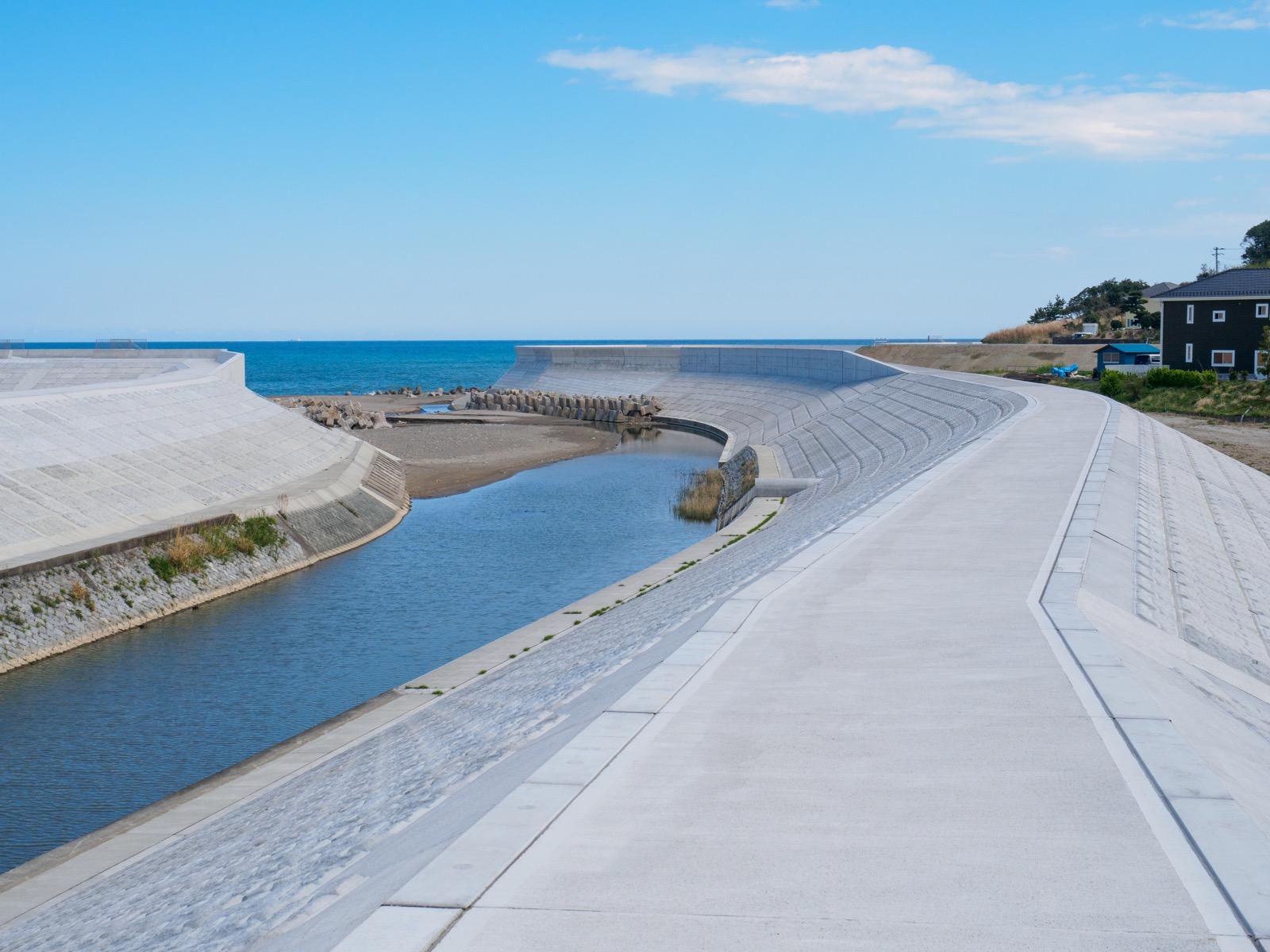 末続川の河口と堤防