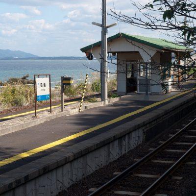 駅の裏からホームと海を望む。