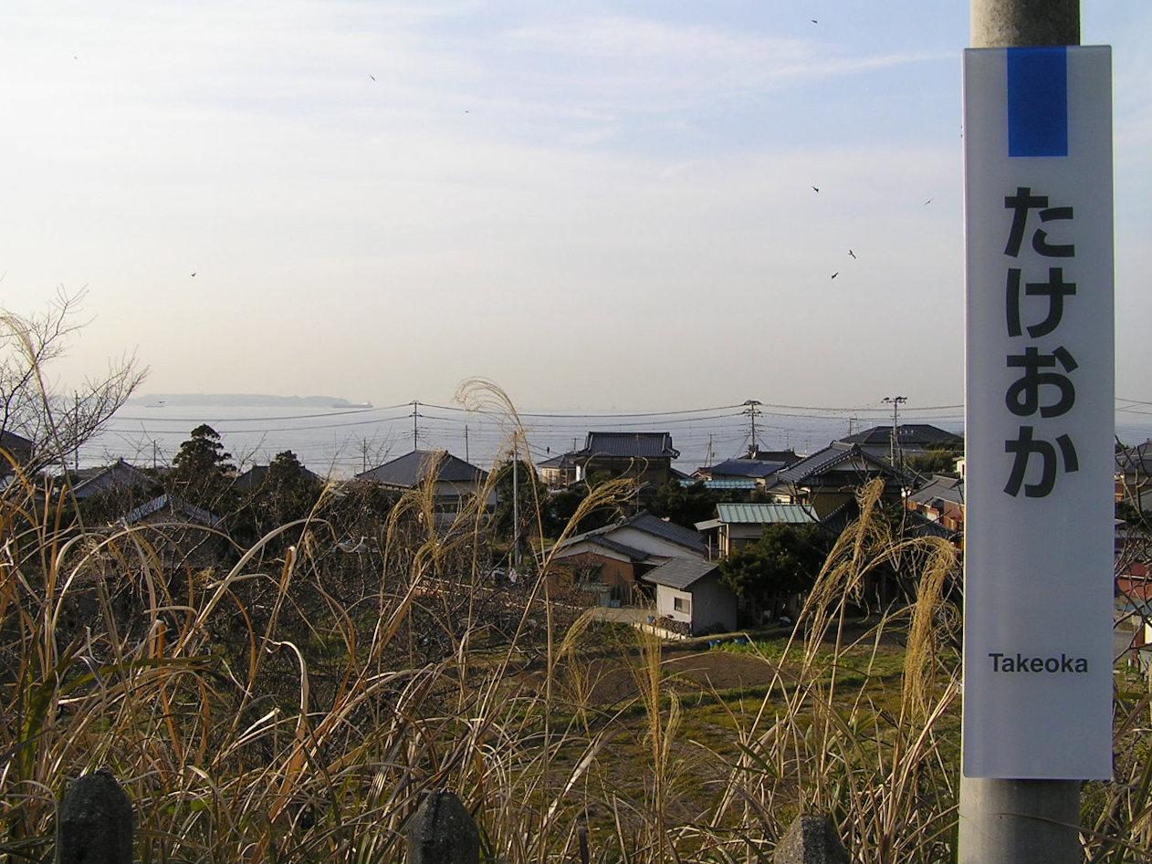 ホームからは三浦半島が見えます。