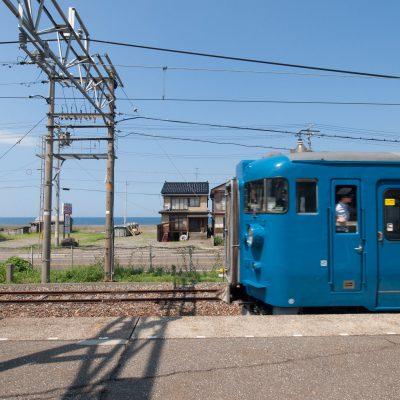 ブルーの電車と海と青空の素晴らしきマッチング。