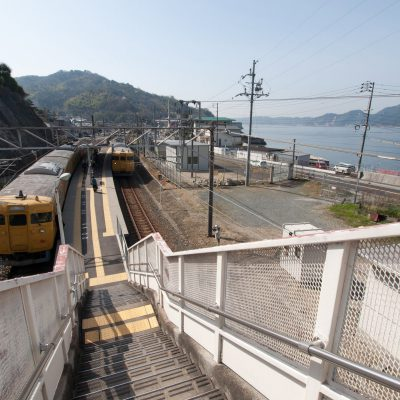 改めてホームに戻ると、黄色い列車が止まっていました。海の青と対称的で非常に目を引かれます。