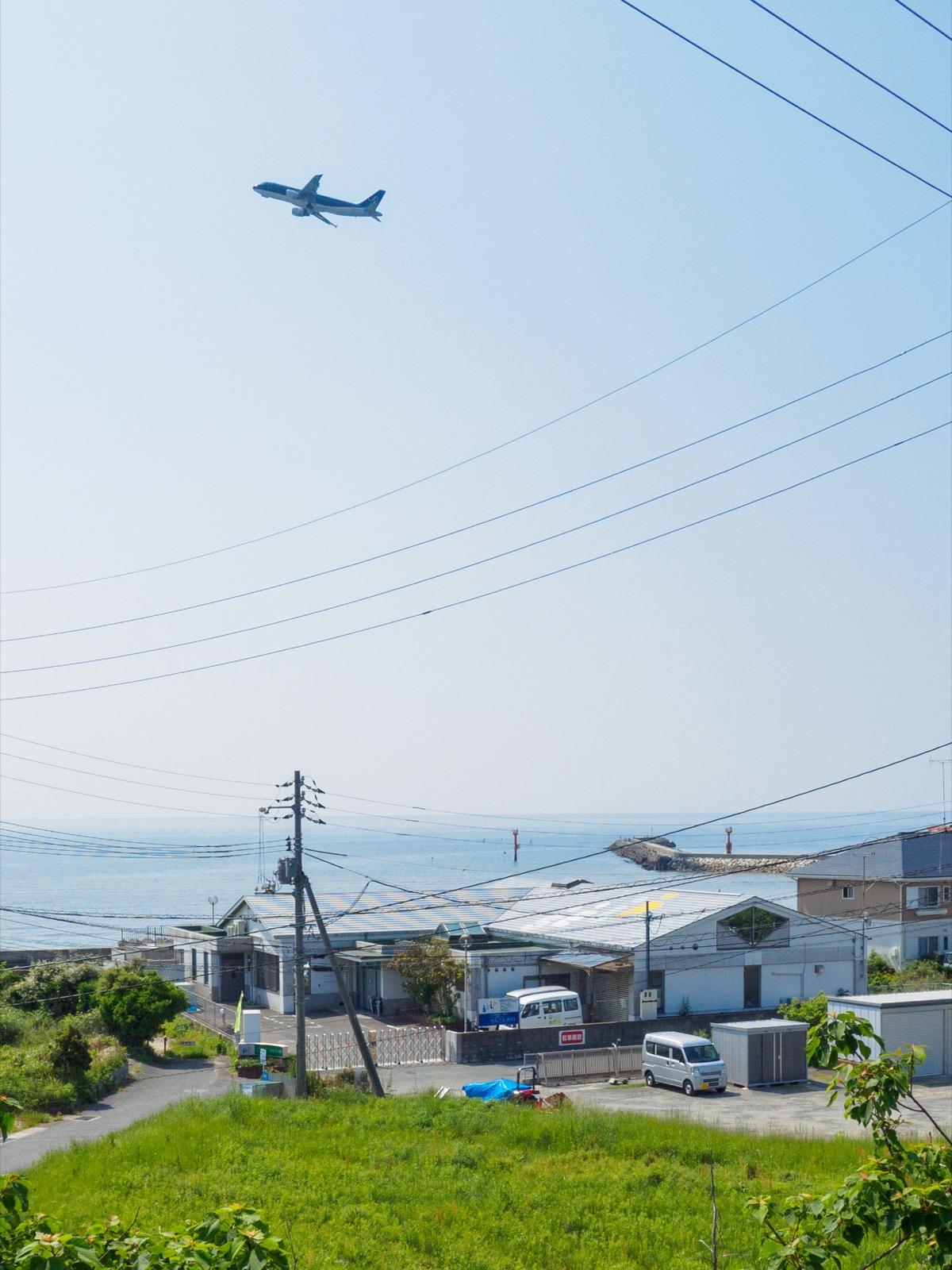 常盤駅のホームから見る瀬戸内海と飛行機
