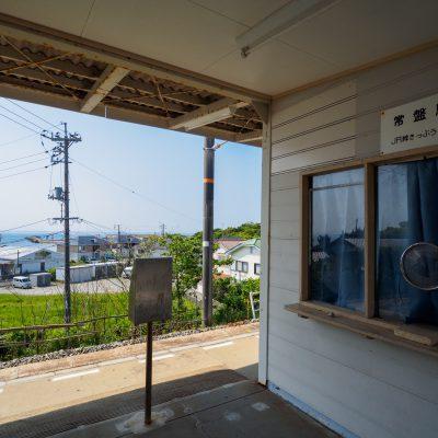 駅舎に入るとすぐに見える瀬戸内海。近すぎず、遠すぎない距離感です。きっぷうりばの看板はありますが、2008年から無人駅とのこと(Wikipediaより)。
