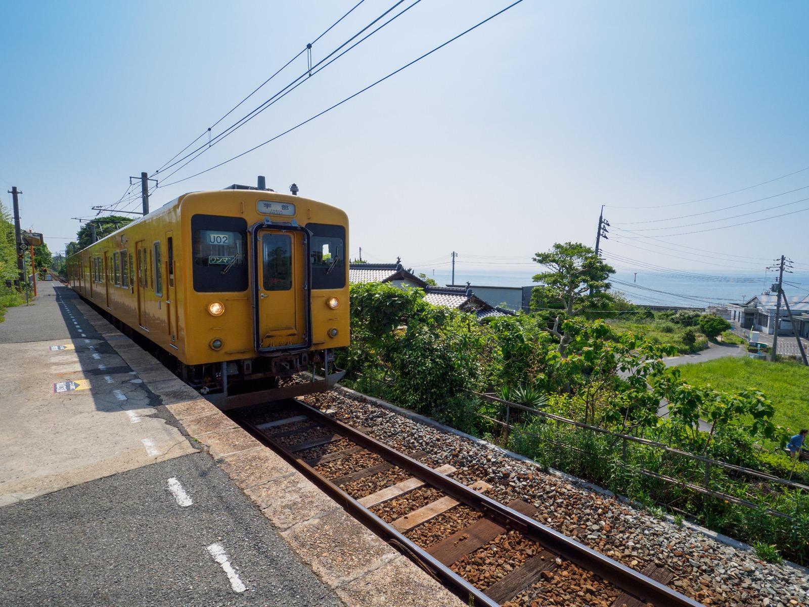 常盤駅のホームと瀬戸内海