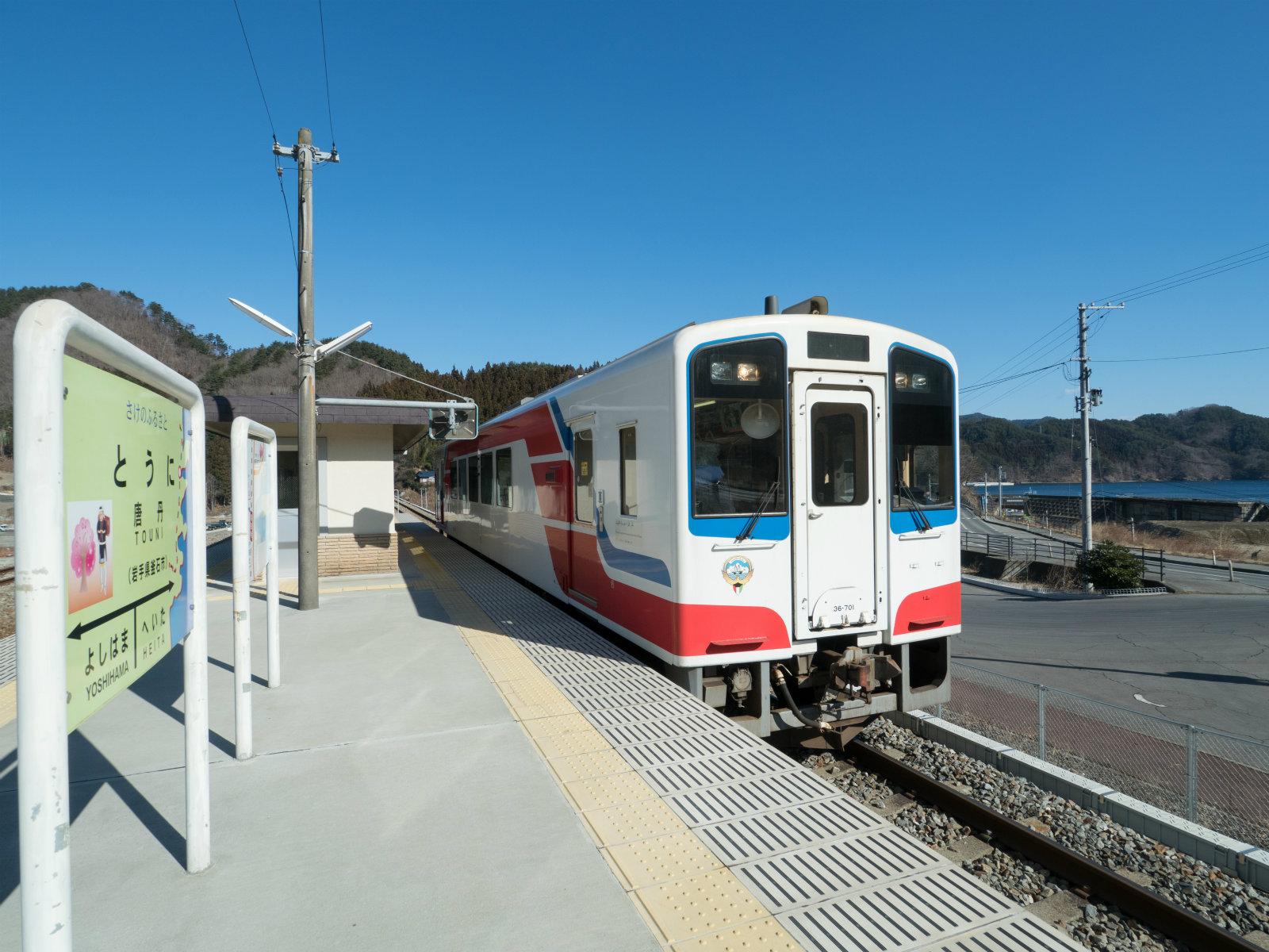 2〜3時間に1本の列車がやってきました。1両編成のかわいいディーゼルカーです。