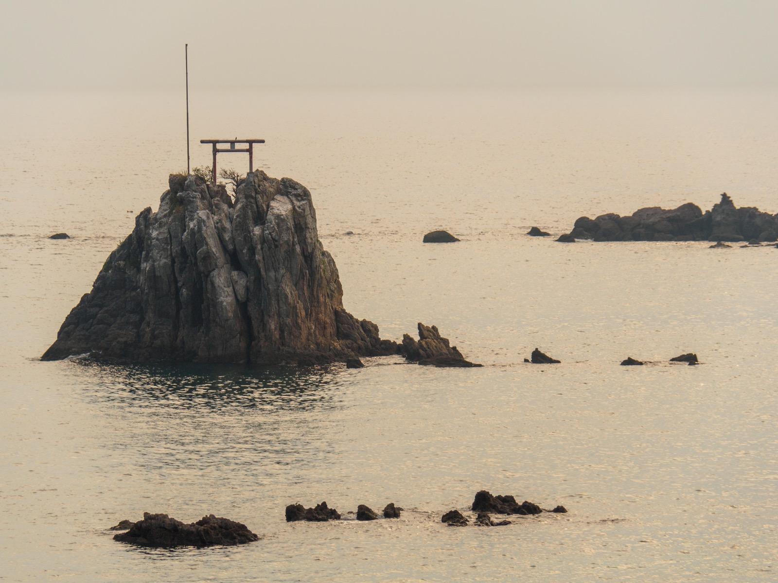 牛ノ浜駅前から見た、牛之浜海岸の鳥居のある岩