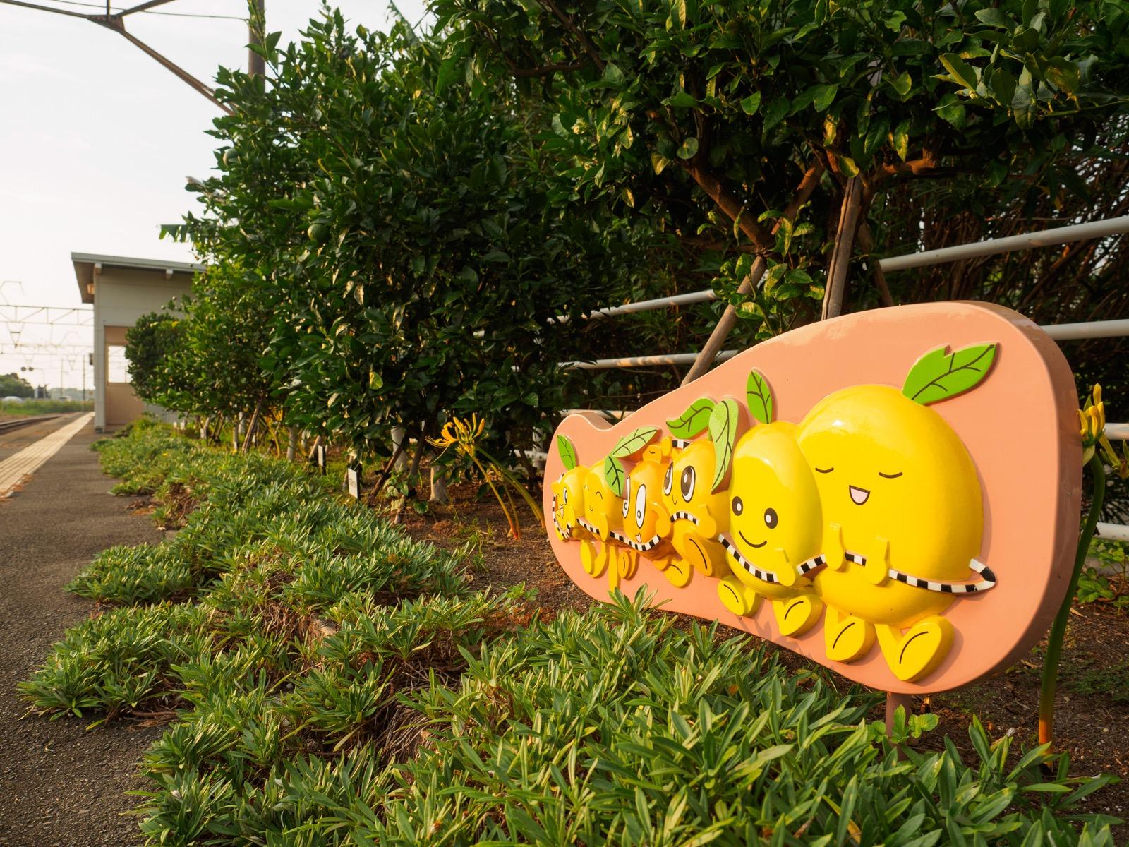 牛ノ浜駅のホームに立つ、肥薩おれんじ鉄道のキャラクター「おれんじーず」の看板