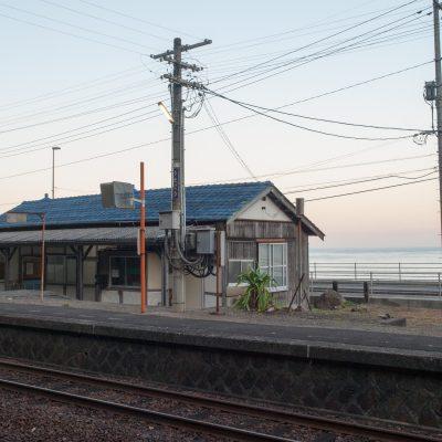海の方を向けば、水平線と、ぽつりと佇む駅舎が目に入ります。