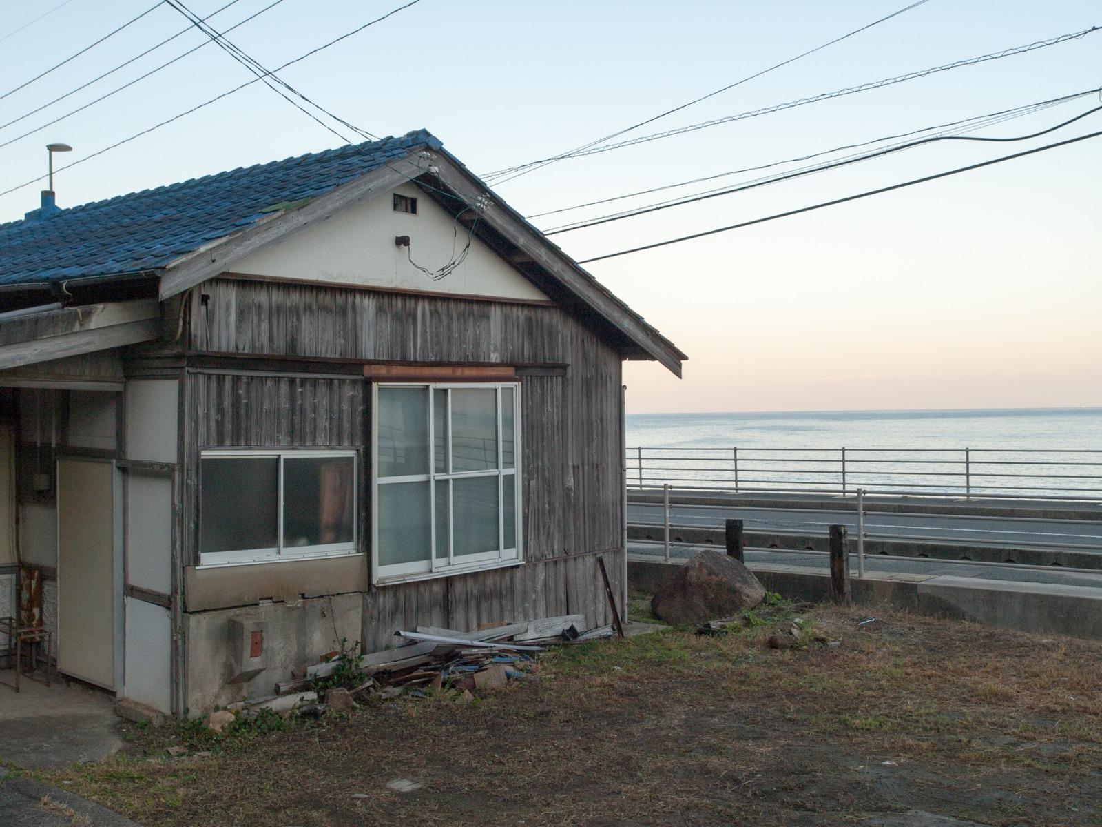 宇田郷駅から見た日本海