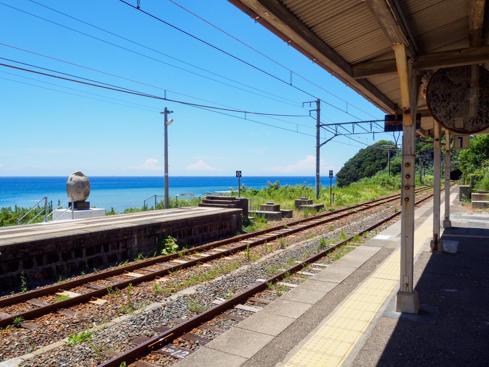 和深駅のホームと海(枯木灘)