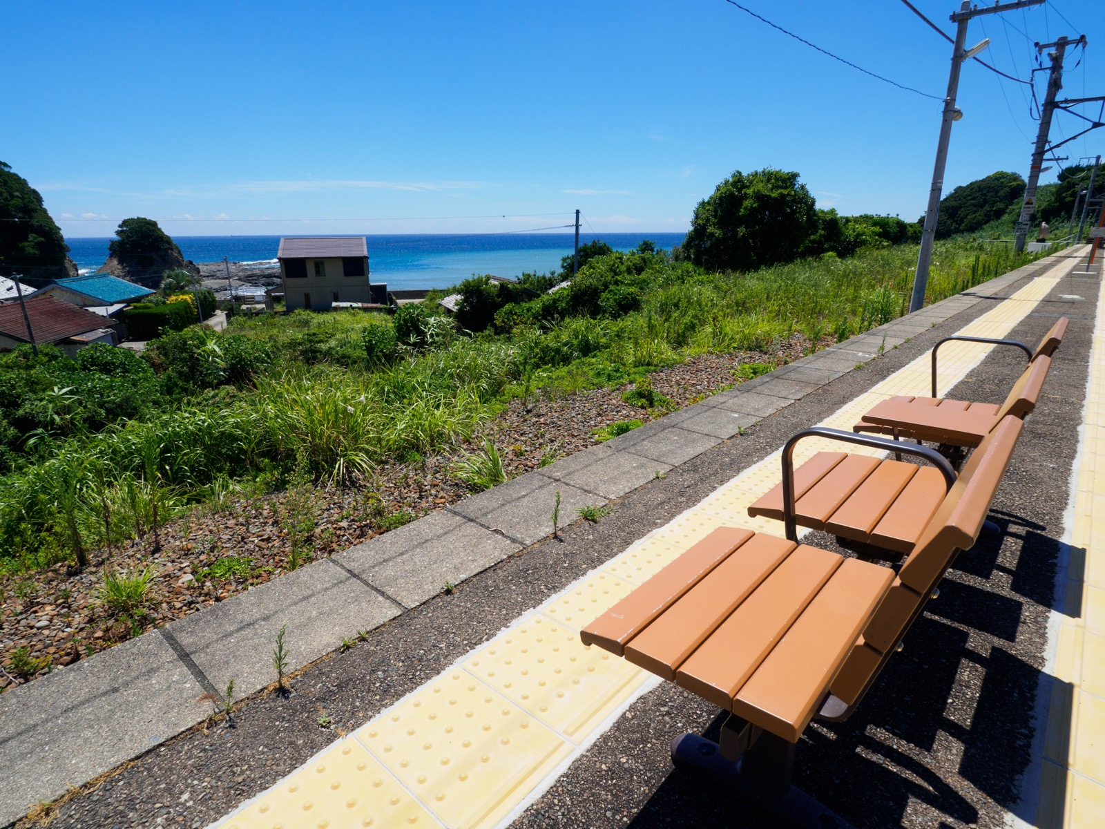 和深駅のホームから見た海(枯木灘)