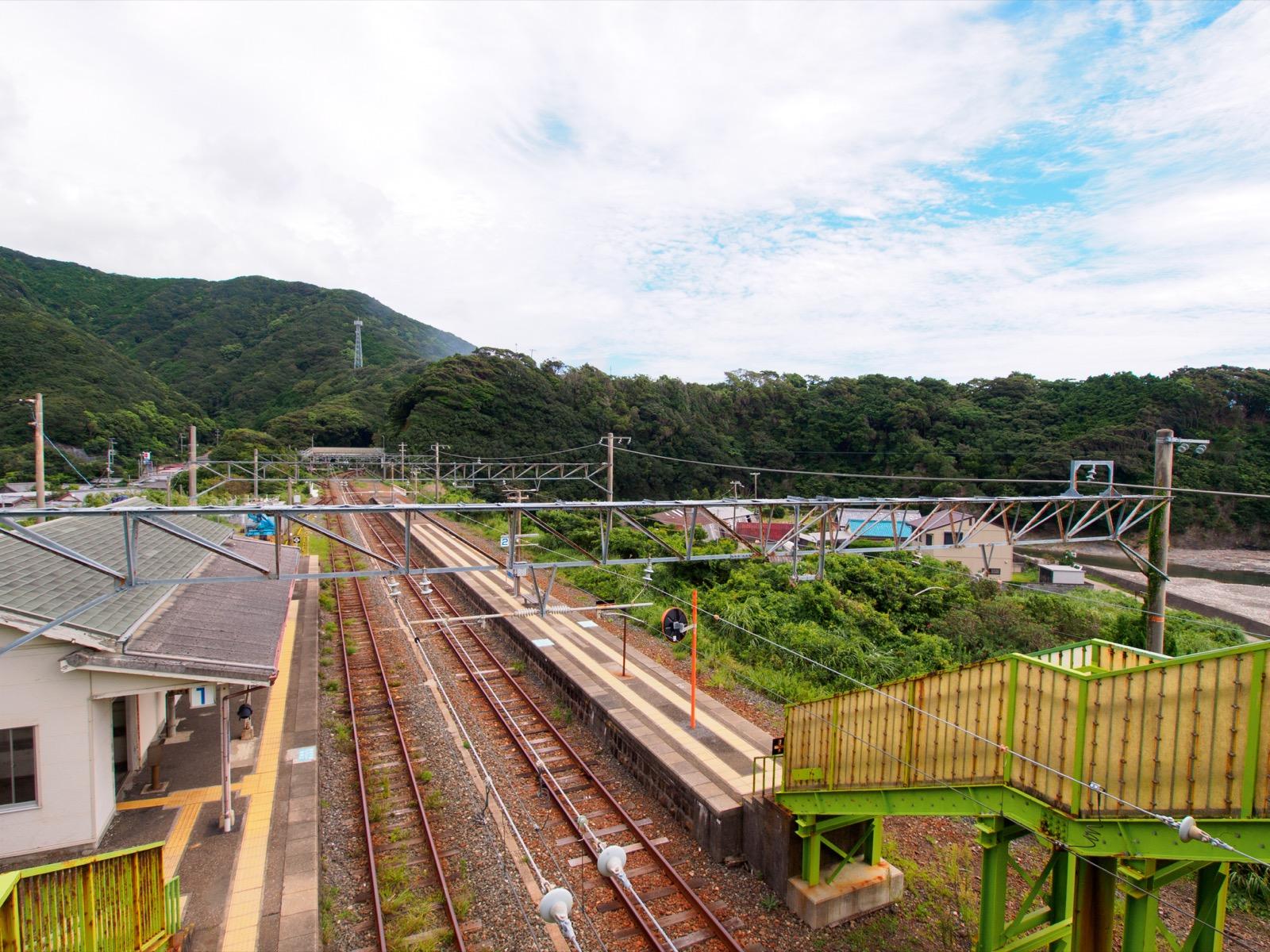 跨線橋から見下ろした和深駅のホーム(2012年)