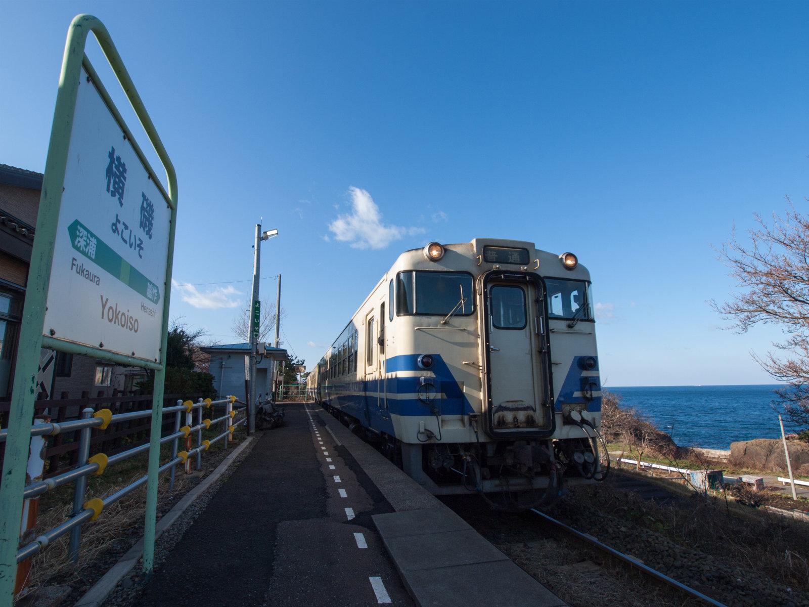 朝9時、弘前行きの列車がやって来ました。この次は12時、その次は18時。貴重な列車です。それにしても青いラインが景色に似合います。