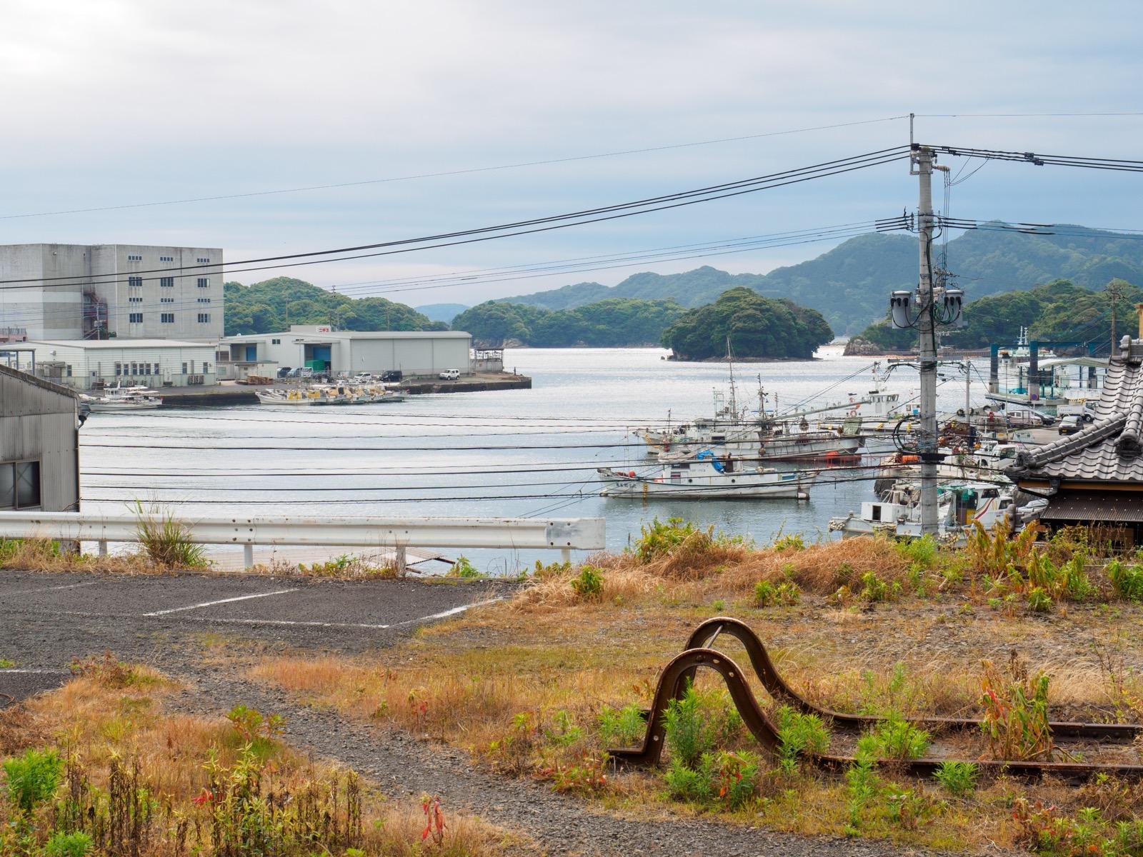 相浦駅のホームから見た焼島と矢坪島