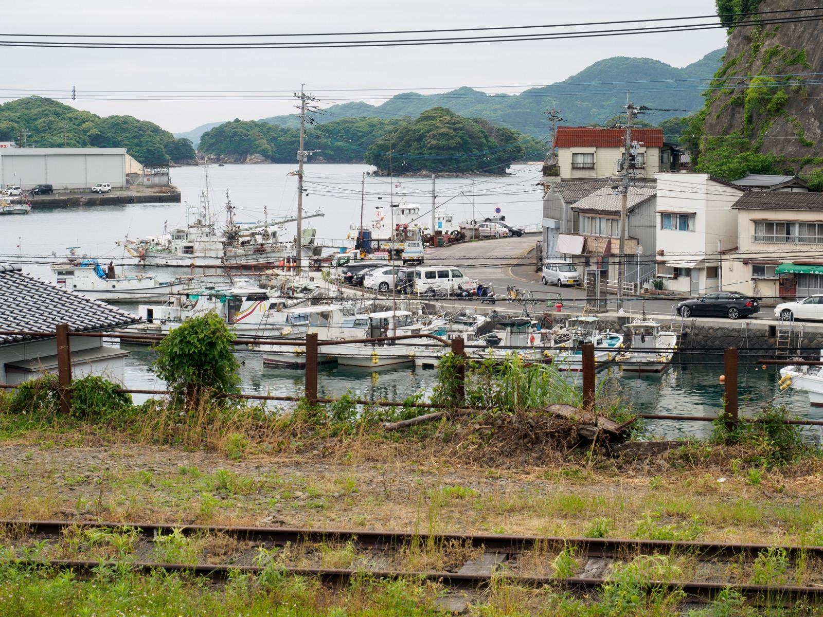 相浦駅のホームから見た相浦港