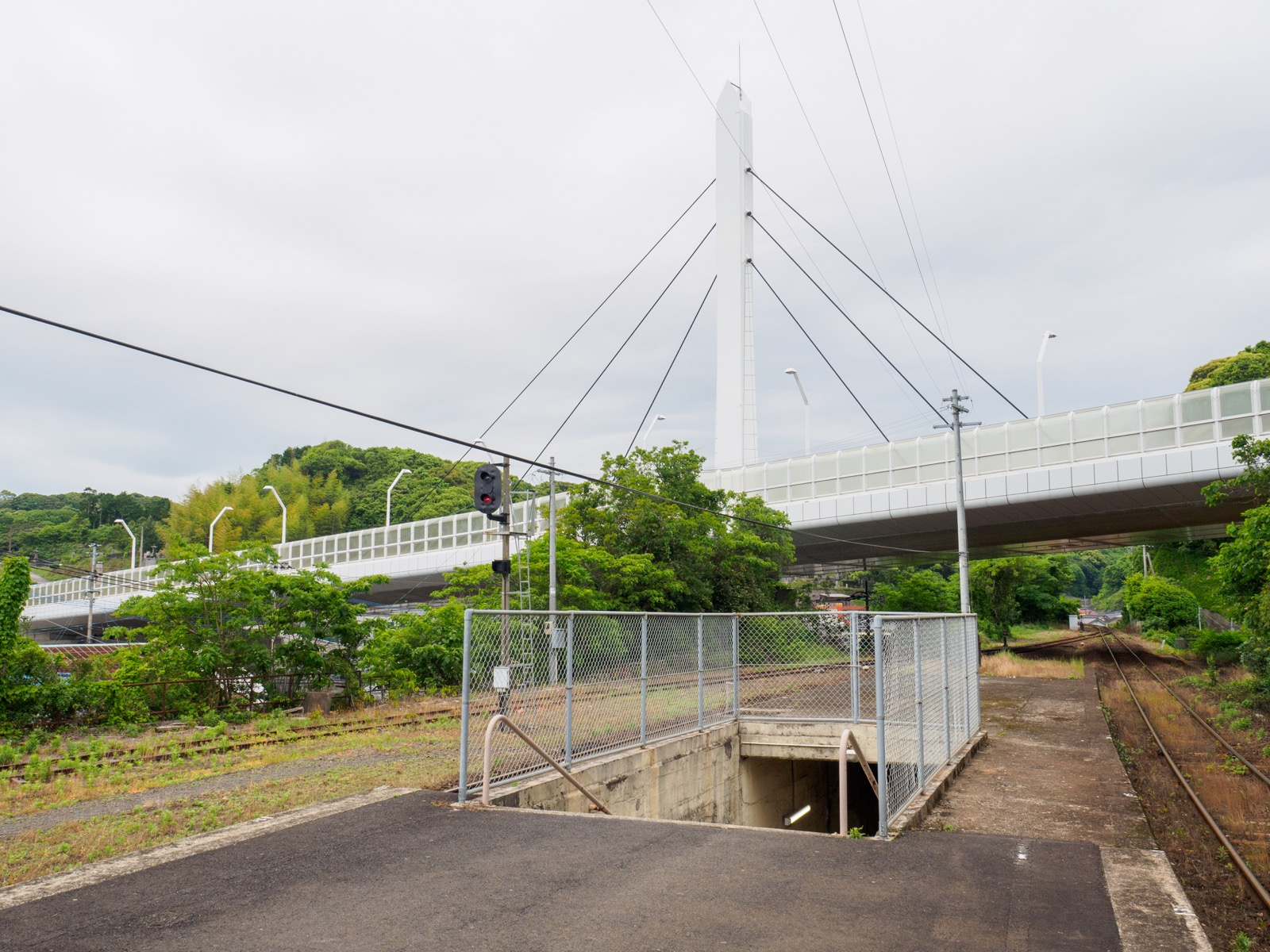 相浦駅のホームと相浦港大橋