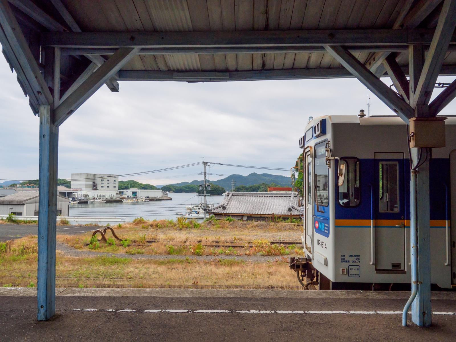 相浦駅のホームと相浦港