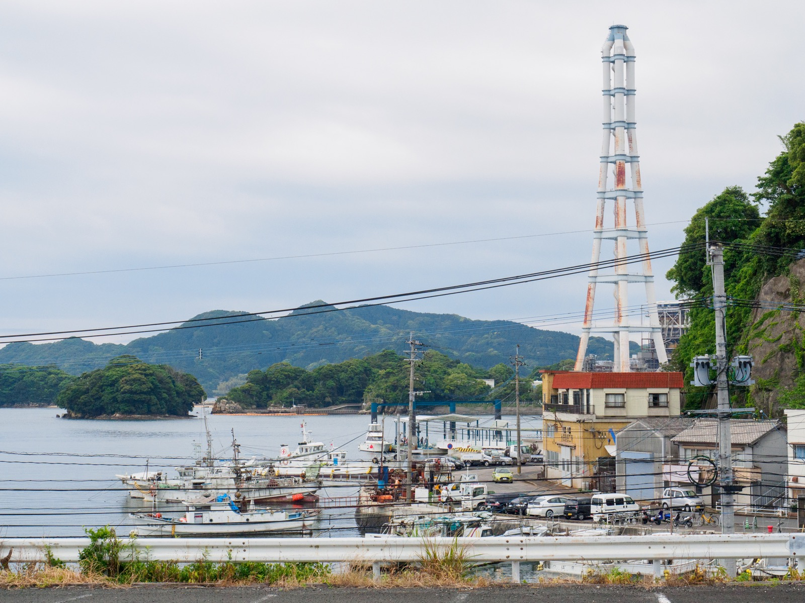 相浦駅から見た相浦港と九州電力旧相浦発電所