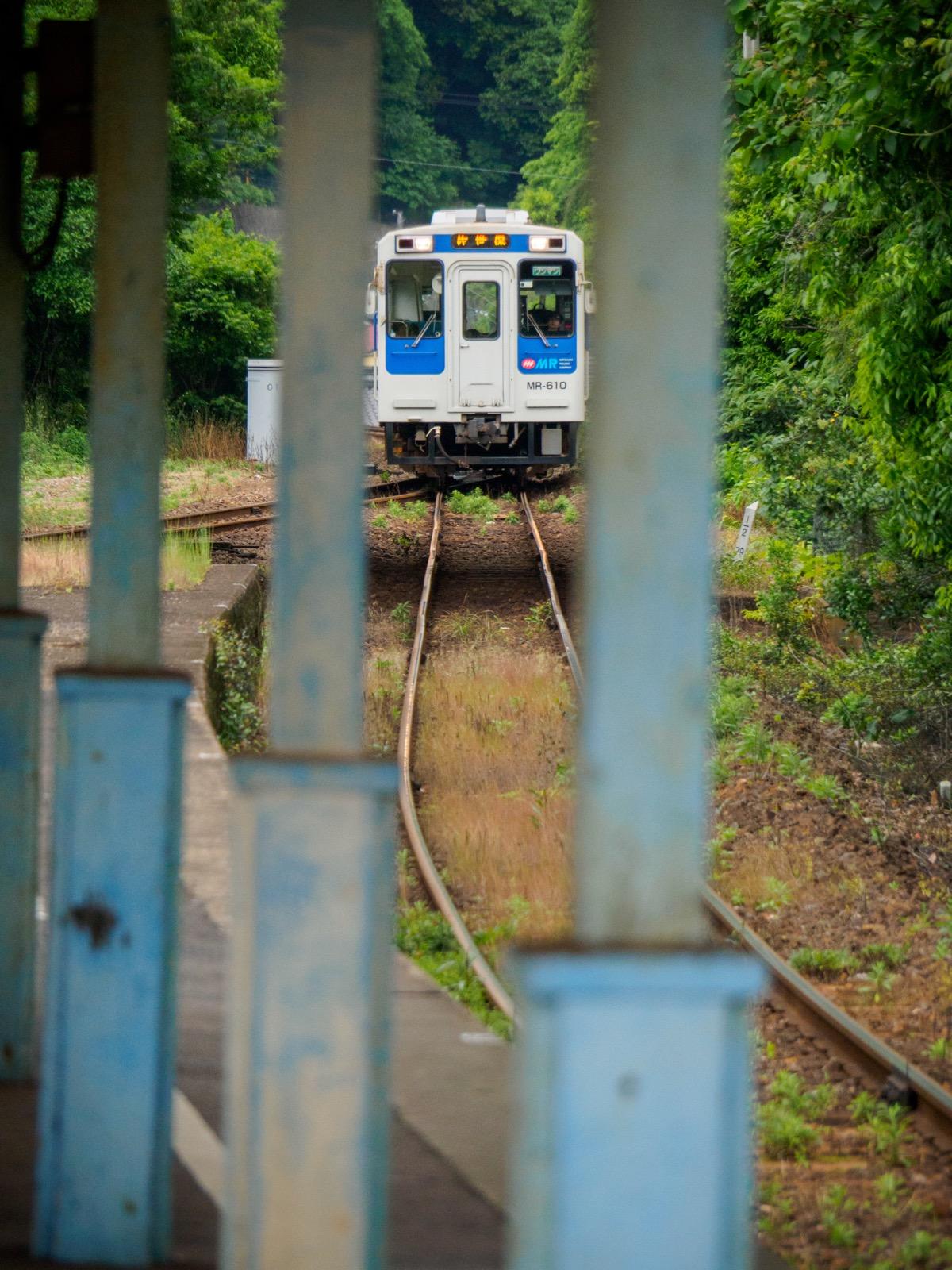 相浦駅に到着する佐世保行きの列車